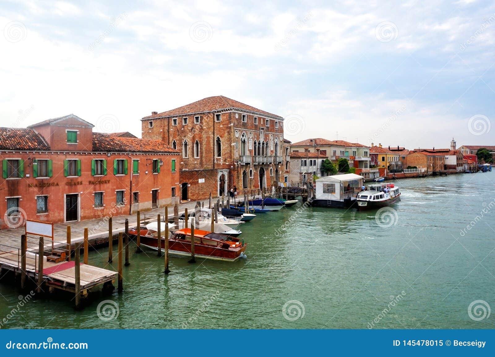 Murano - Canale, de veerbootpost van Murano DA Mula, Venetië, Italië