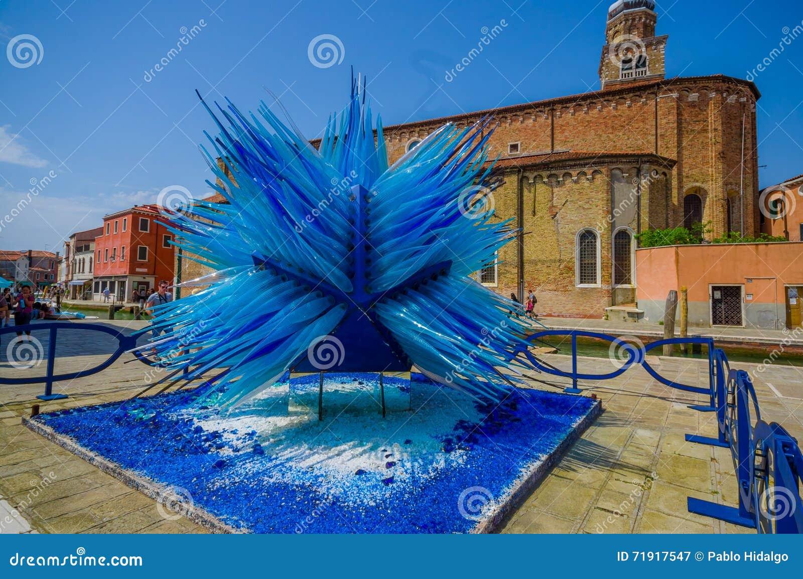 murano italie 16 juin 2015 sculpture en verre au milieu d 39 le de murano le travail. Black Bedroom Furniture Sets. Home Design Ideas