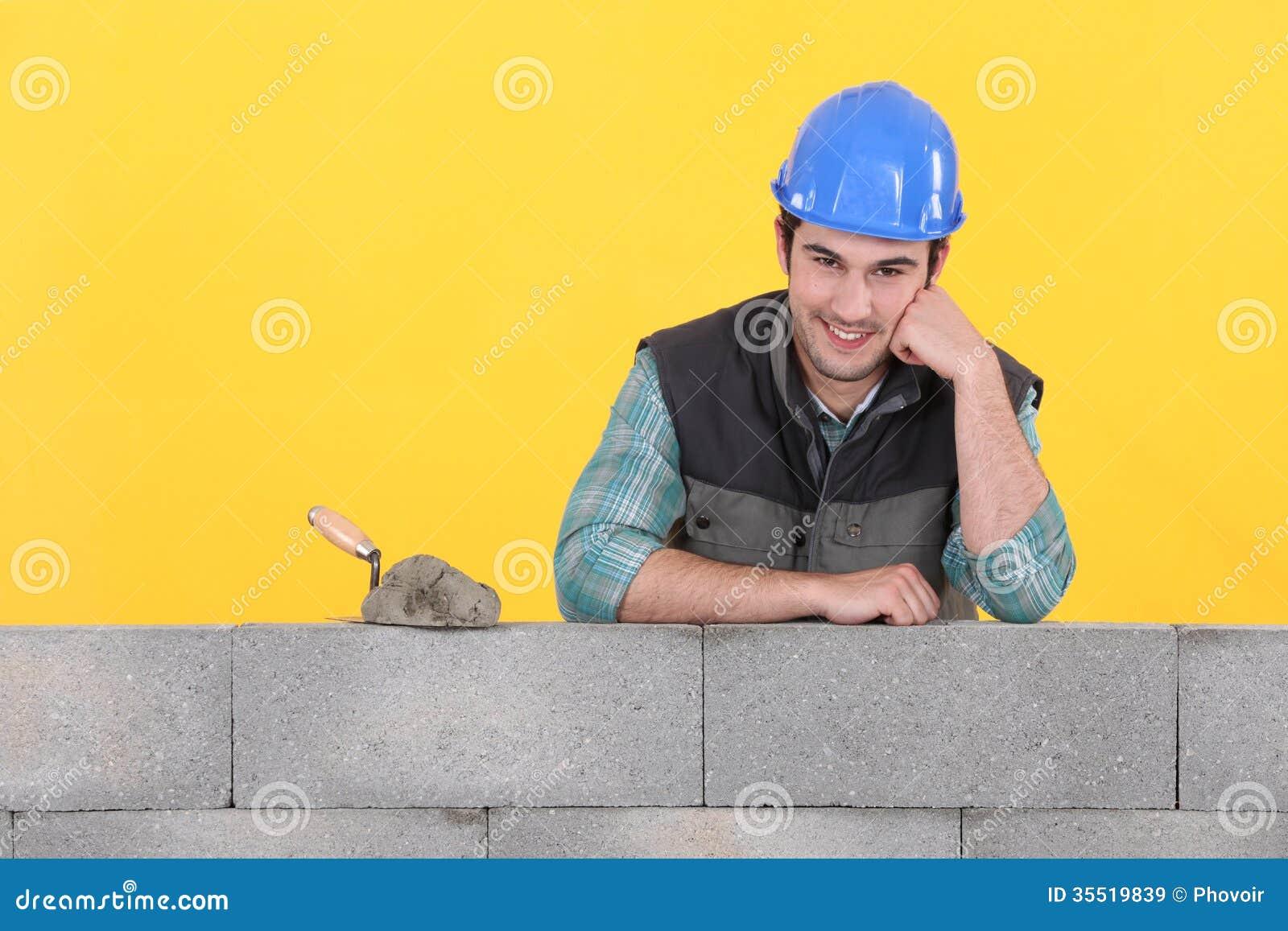 Murare som stöttas av väggen