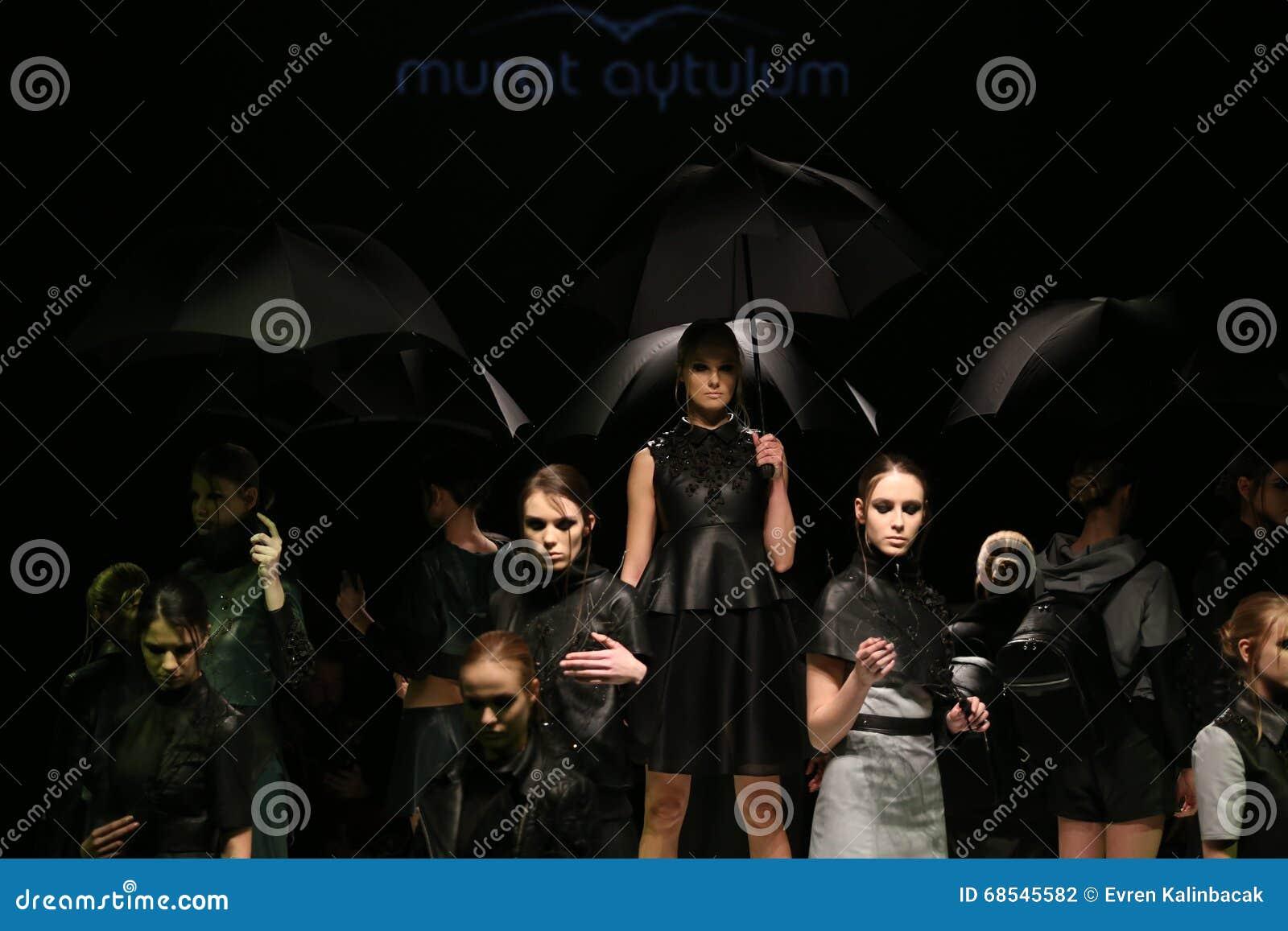 Murat Aytulum Catwalk στην εβδομάδα Ιστανμπούλ μόδας της Mercedes-Benz
