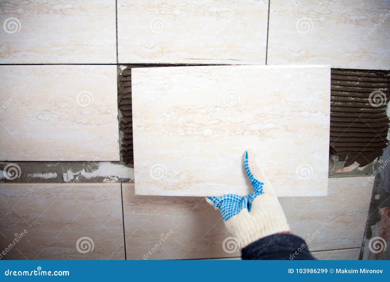 Piastrelle Piccole Per Bagno.Muratore Industriale Che Installa Le Piccole Piastrelle Di Ceramica