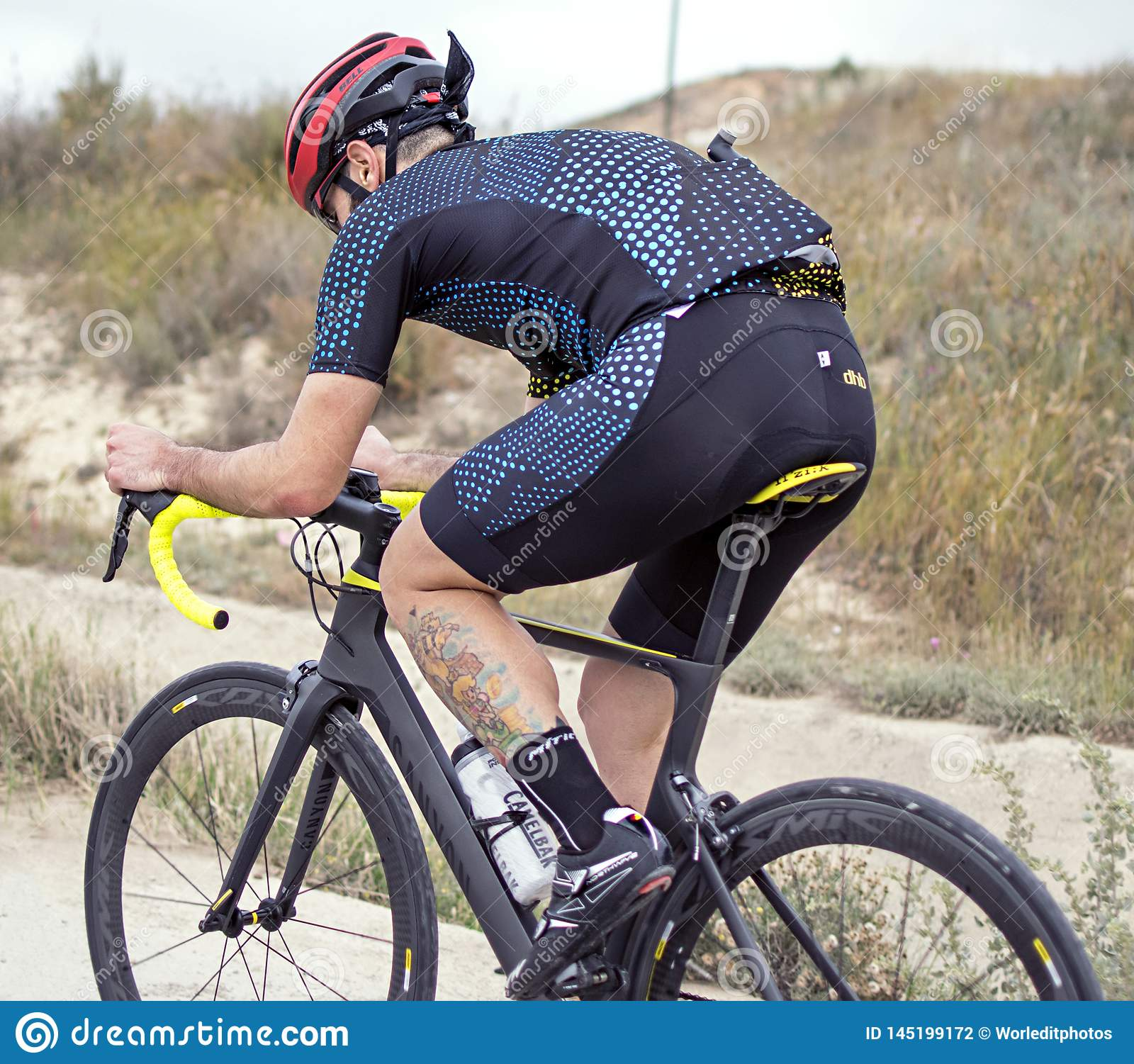 Murcia, Ισπανία, στις 17 Απριλίου 2019: Ο νεαρός άνδρας οδηγά το ποδήλατο στη