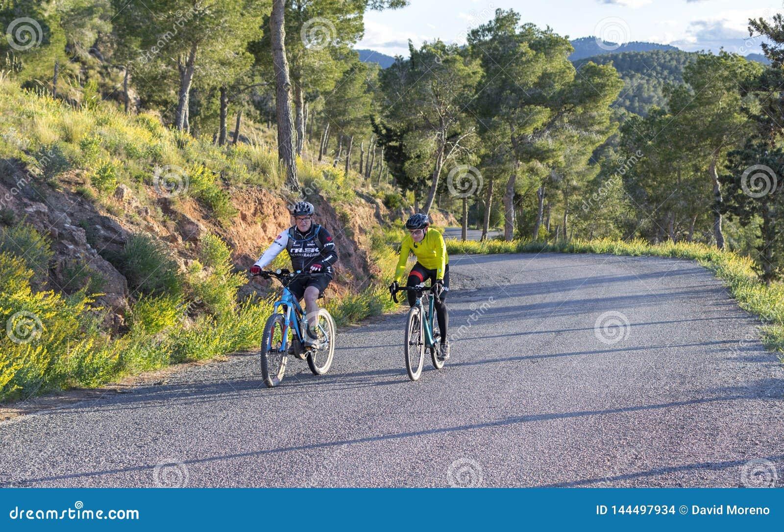 Murcia, Spanje - April 9, 2019: Prowegfietsers die een moeilijk bergstijgen op zijn koele fiets verdragen