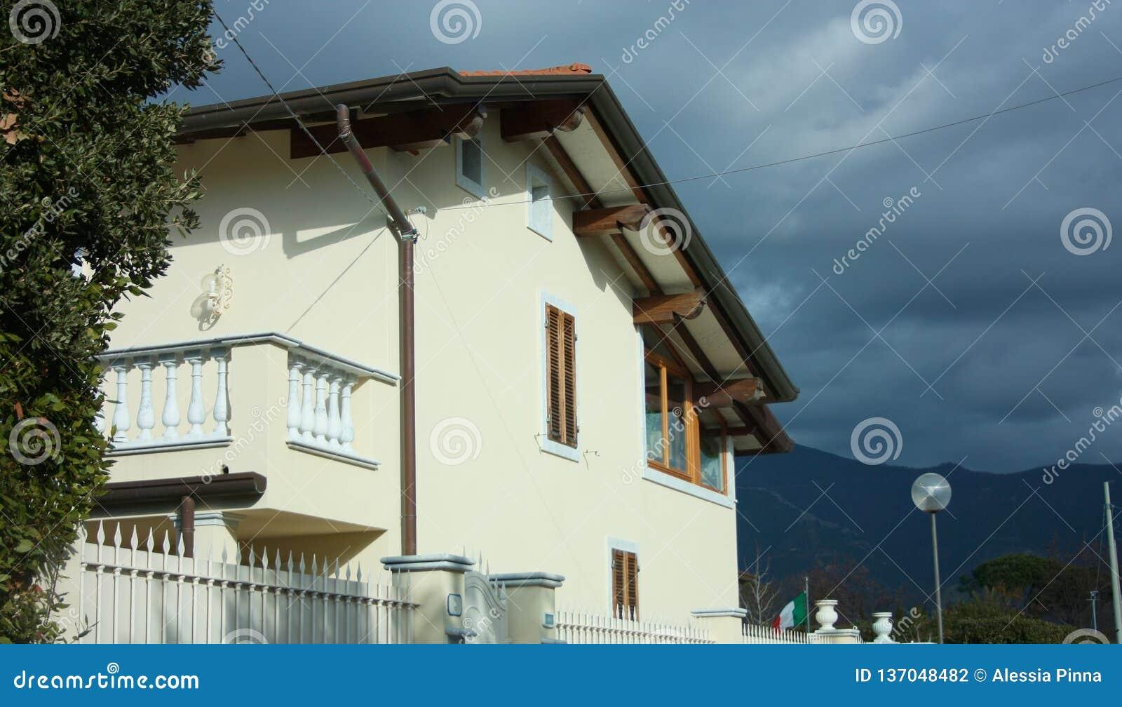 Muren van een voorgevel van een gewoond in familiehuis