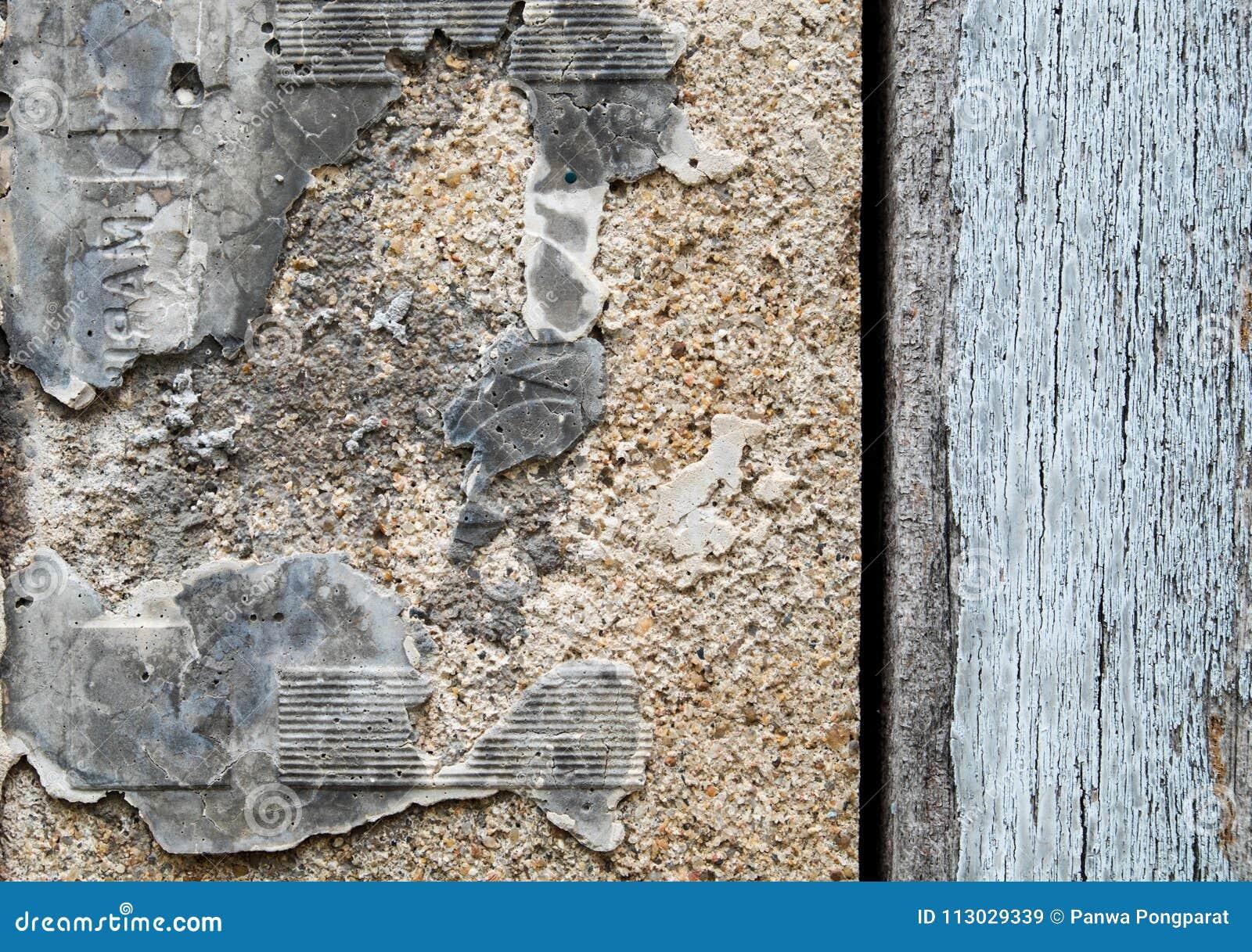 Muro de cemento viejo con la pared de madera