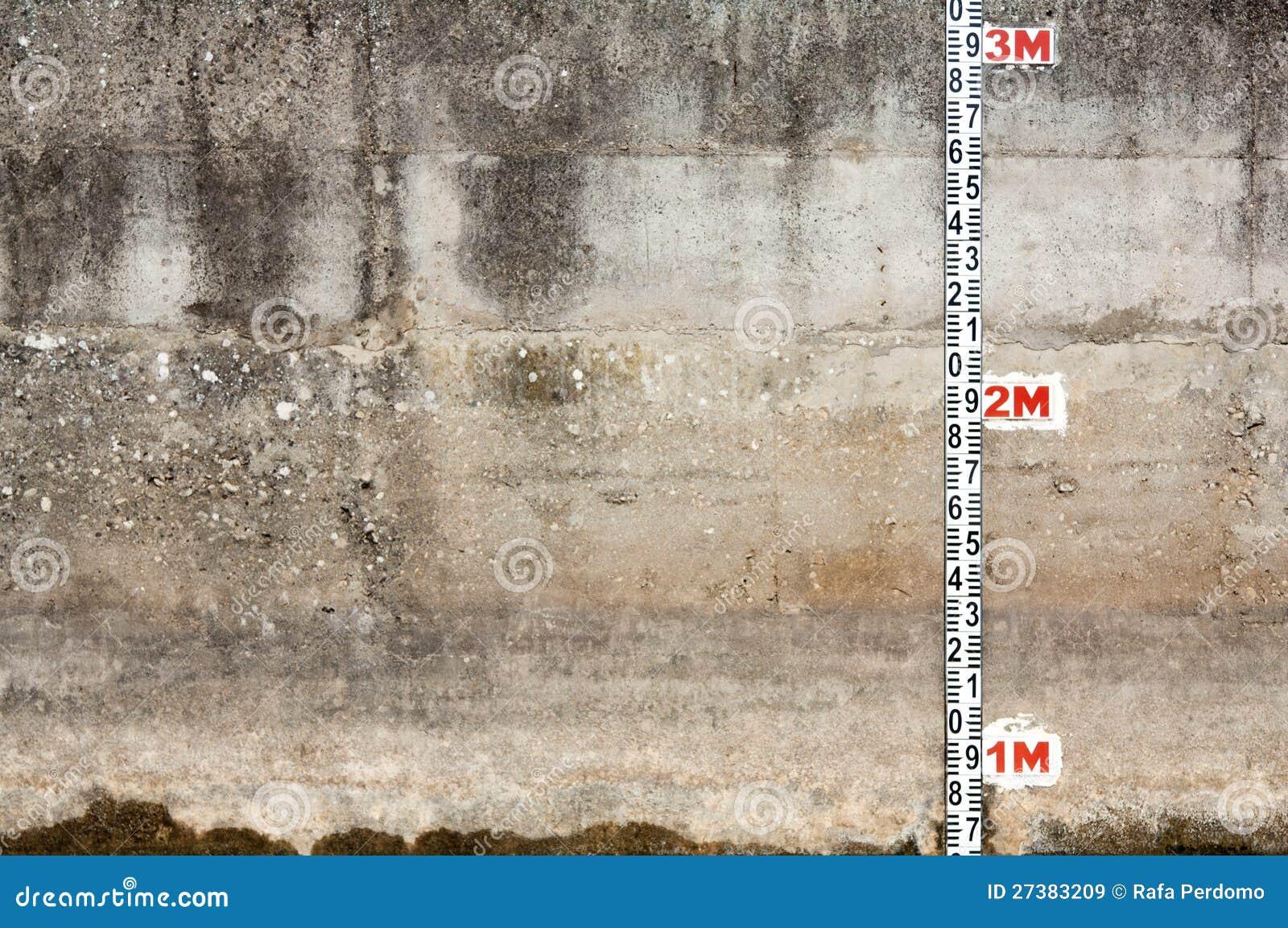 Muro de cimento com régua