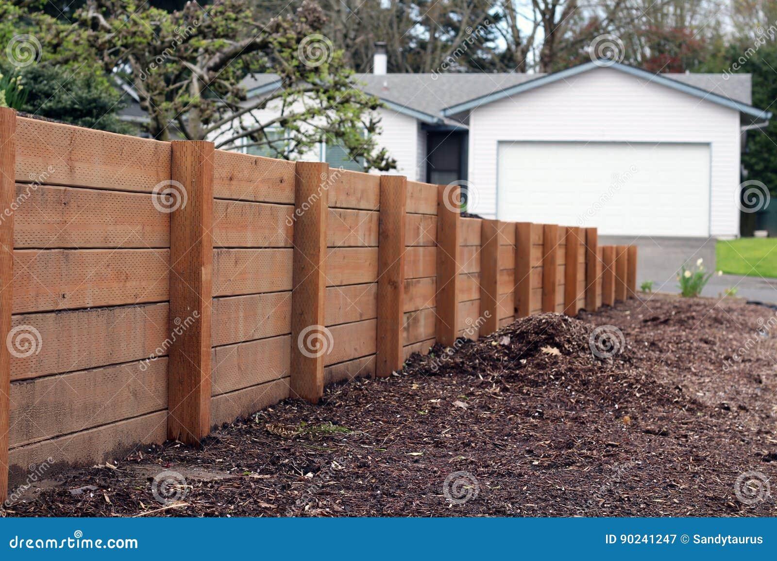 Muro de contenci n de madera foto de archivo imagen - Muro de madera ...