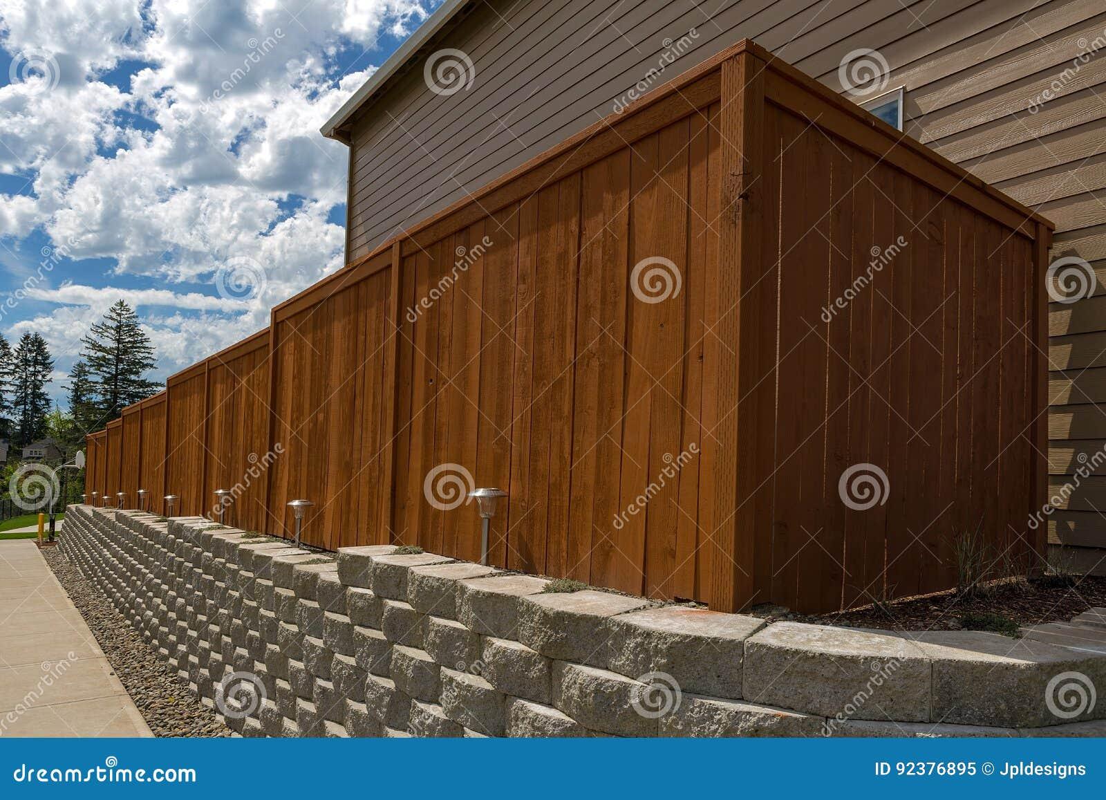 Muro de contenci n de madera de los bloques de la cerca y for Muro de contencion precio