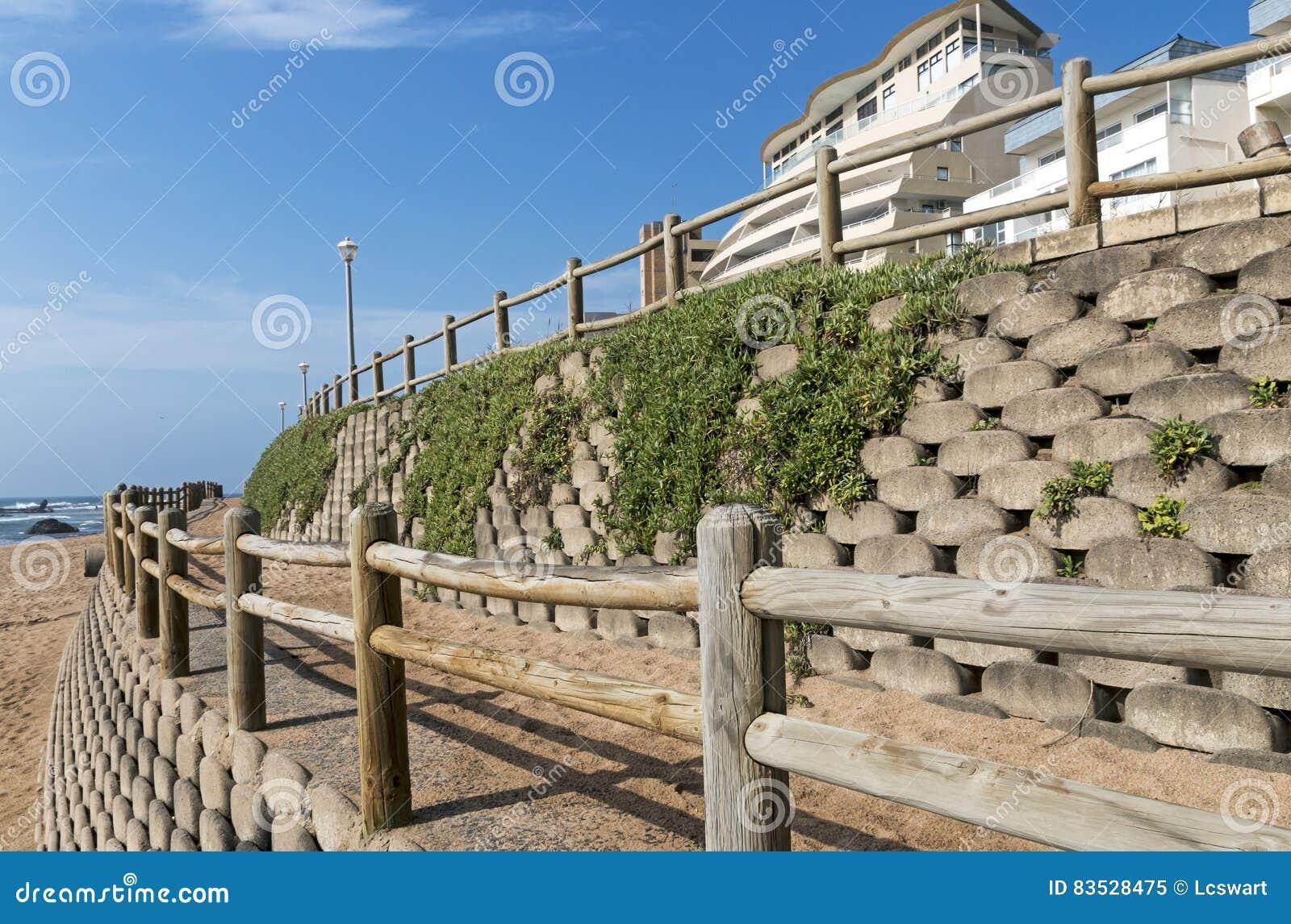 Muro de contenci n y barrera de madera en la playa vac a - Muro de madera ...