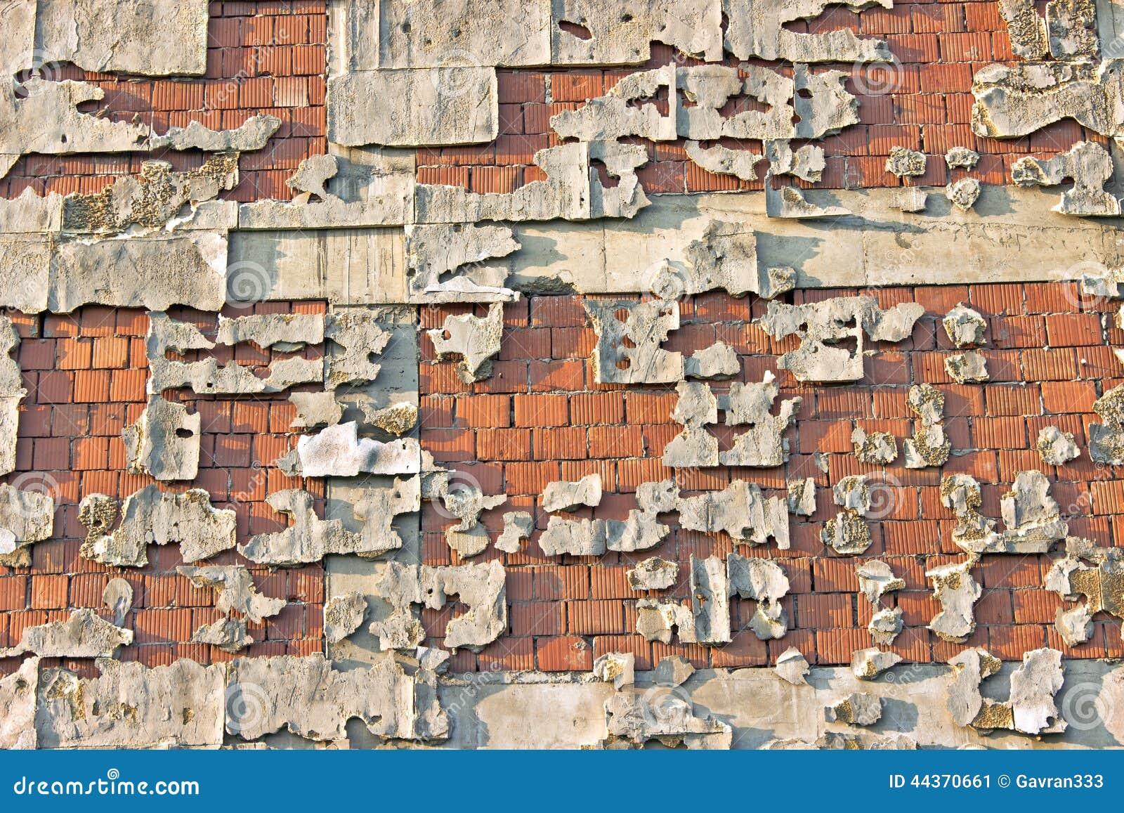 Muro di mattoni della facciata della sbucciatura