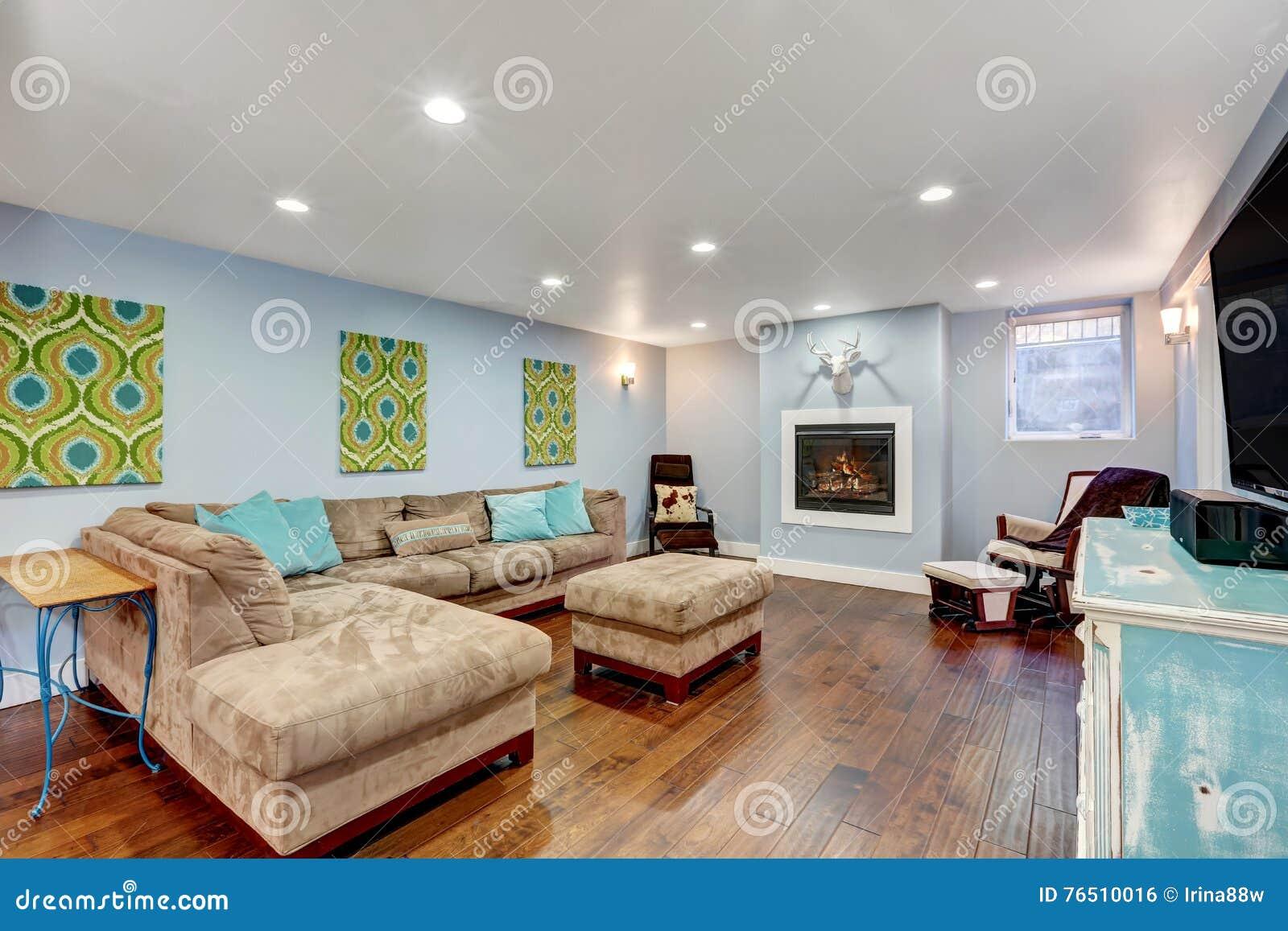 murs bleus en pastel dans l intrieur de salon de sous sol