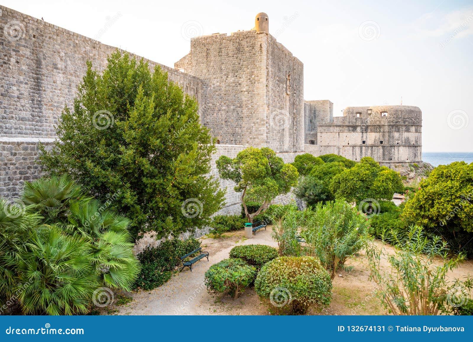 Murs médiévaux de ville de ville de tour et de Dubrovnik de Minceta vieux au temps de coucher du soleil, Croatie