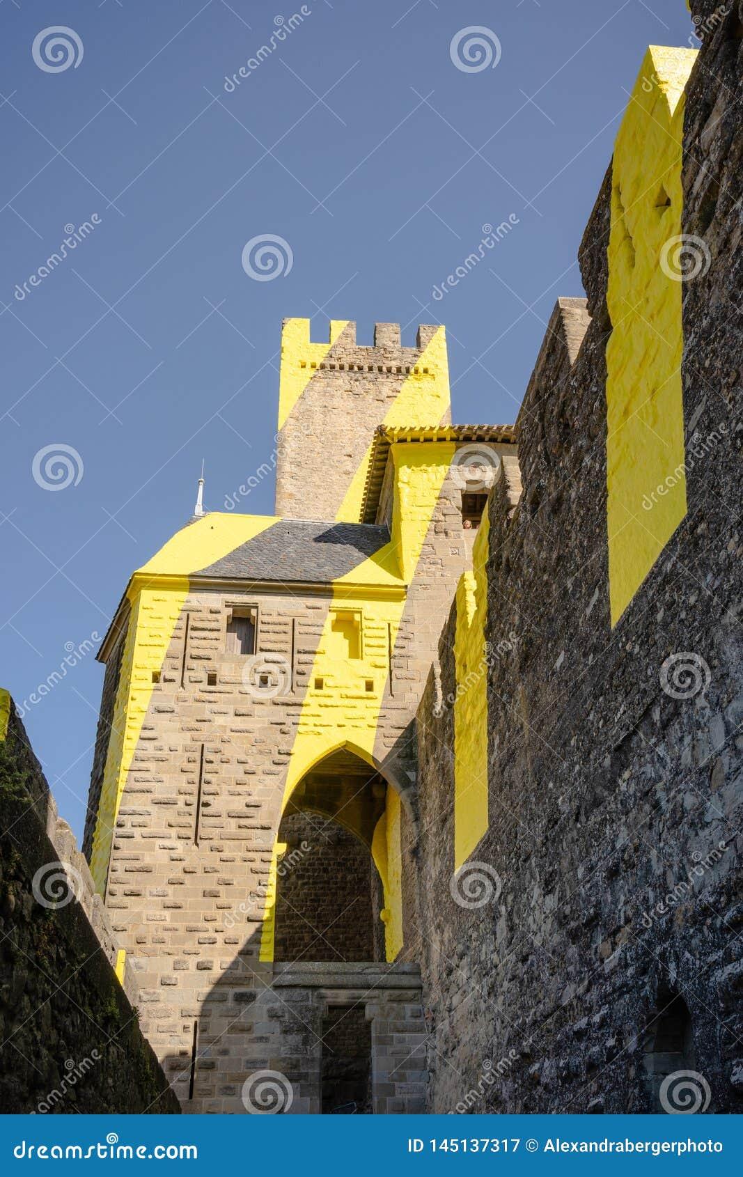 Murs plâtrés jaunes de château de la La Cité, Carcassonne, France de forteresse