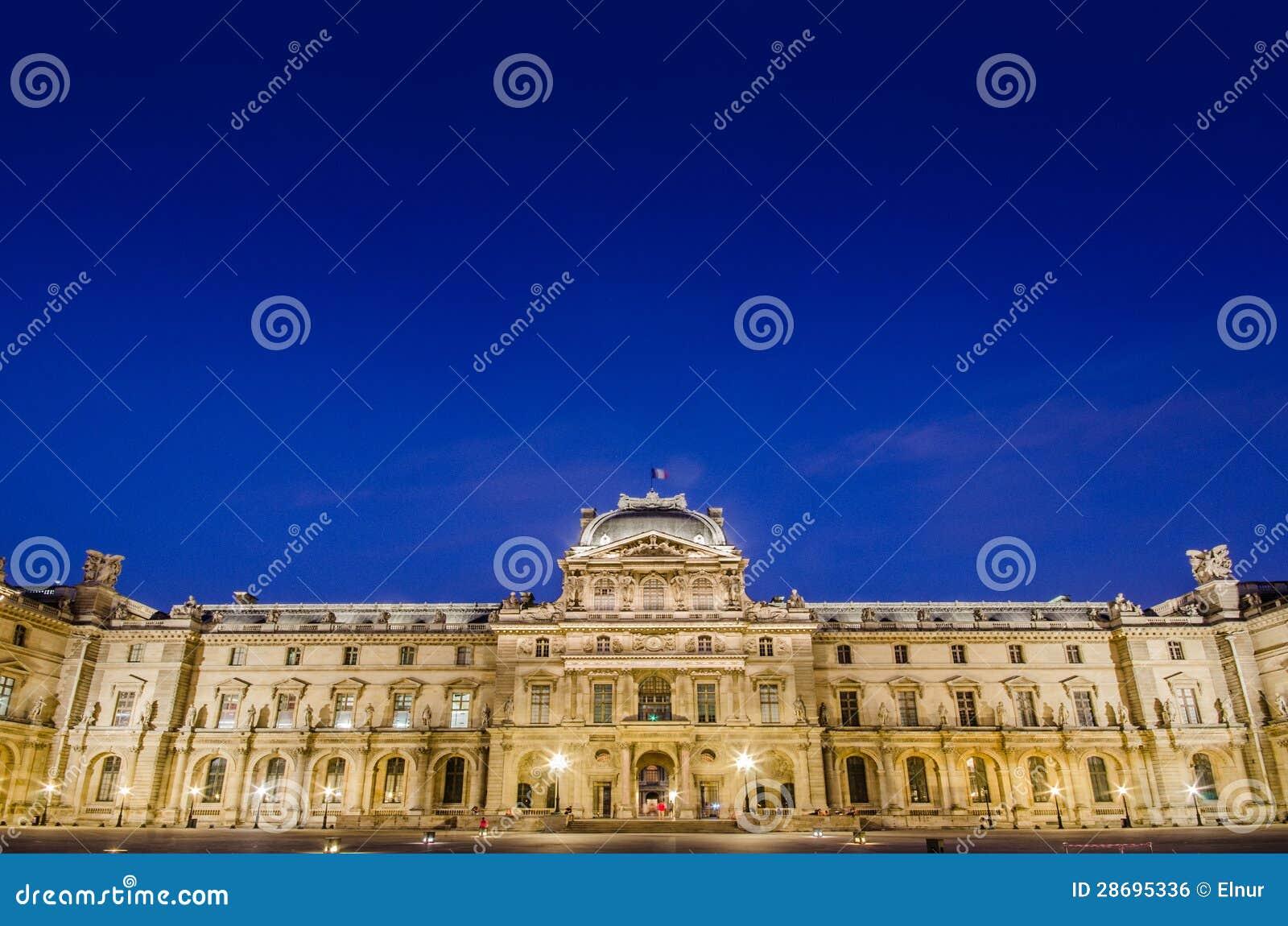 Musée de Louvre au coucher du soleil le 18 août 2012 dedans