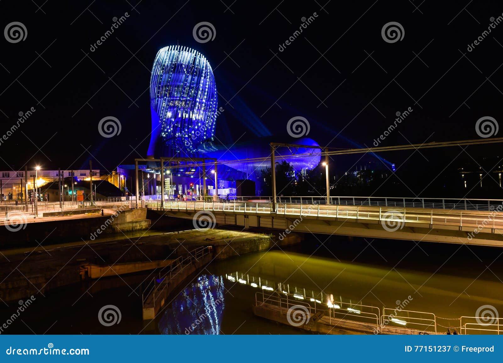 Musée de vin de Bordeaux près de rivière de la Garonne, France