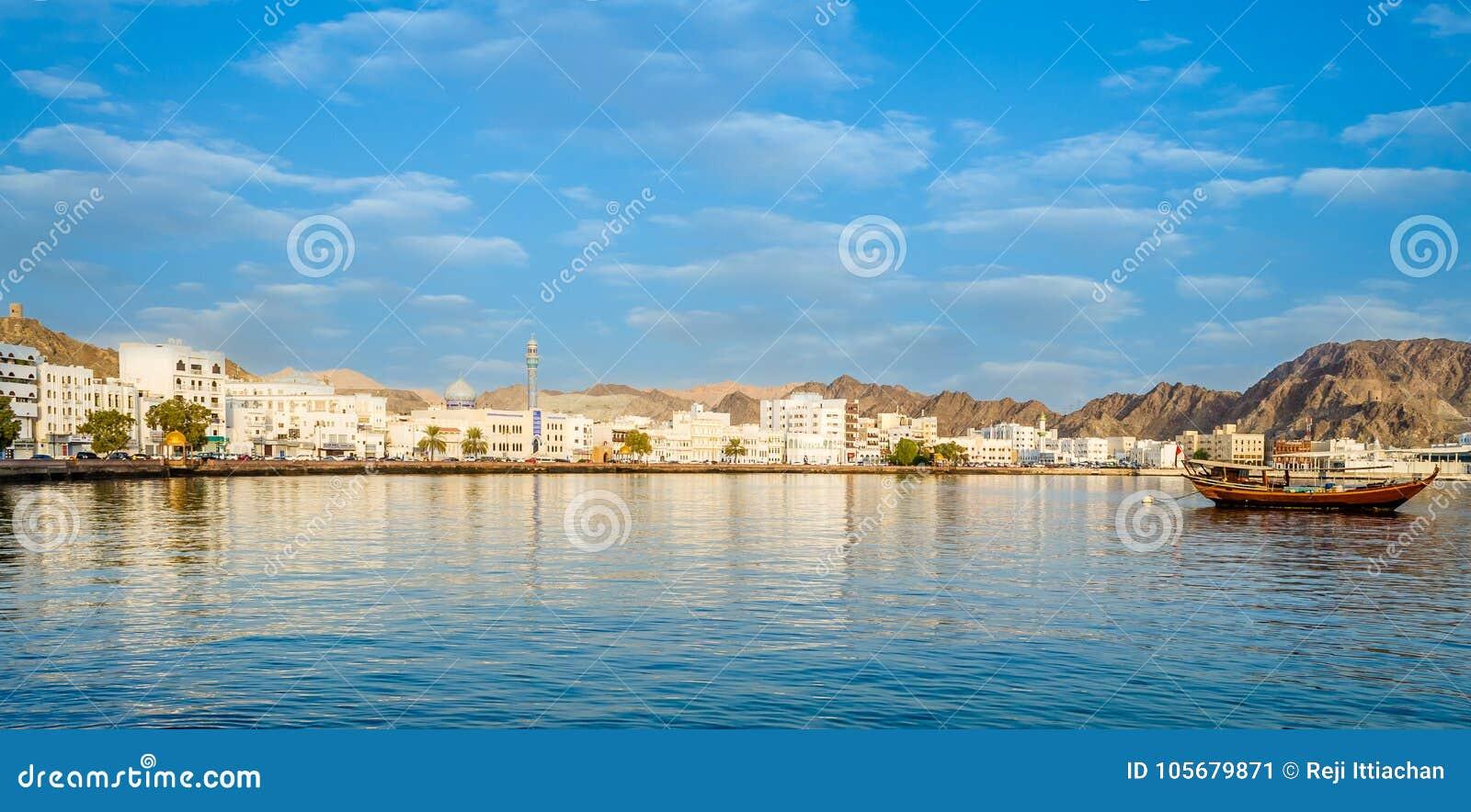 Muscat horisont med en traditionell arabisk Dhow ankrade på poen