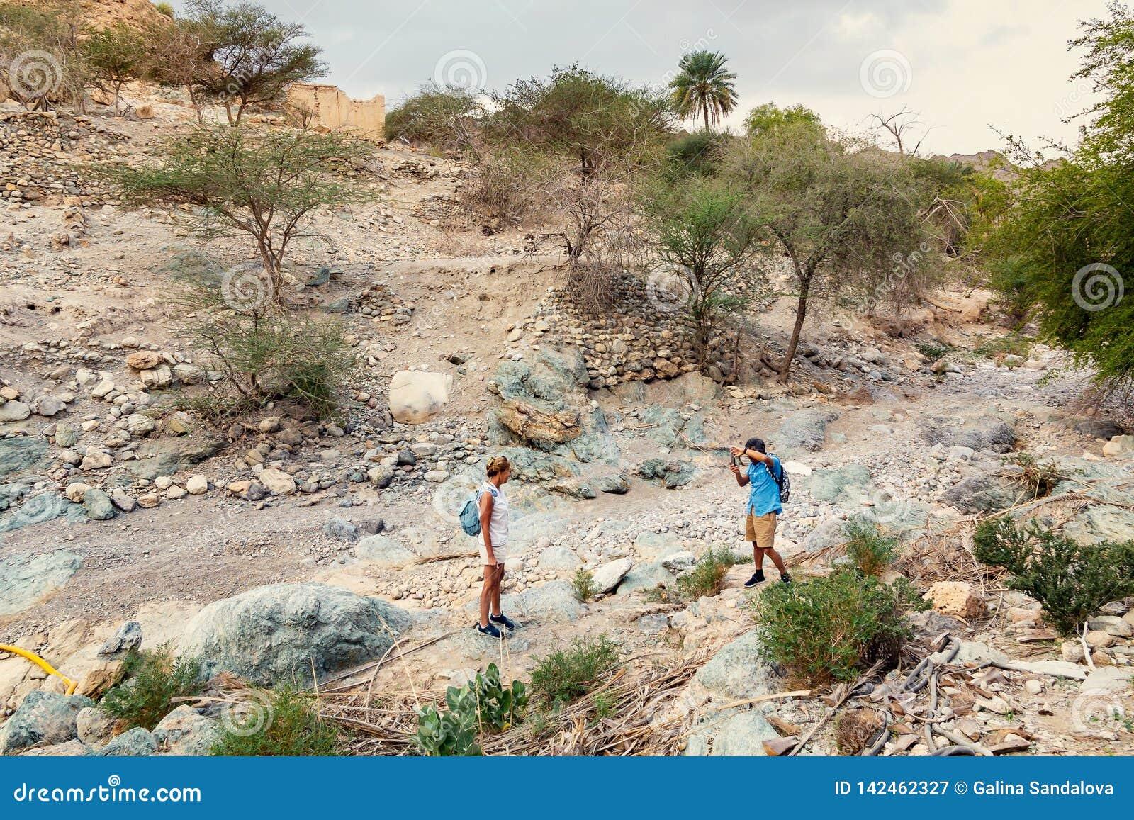 Muscat Oman - December 16, 2018: turister tar bilder i wadin - torr flodbädd - på utkanten av Muscat