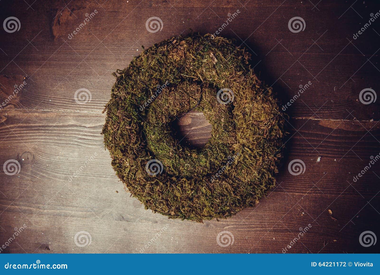 Muschio e corone di legno