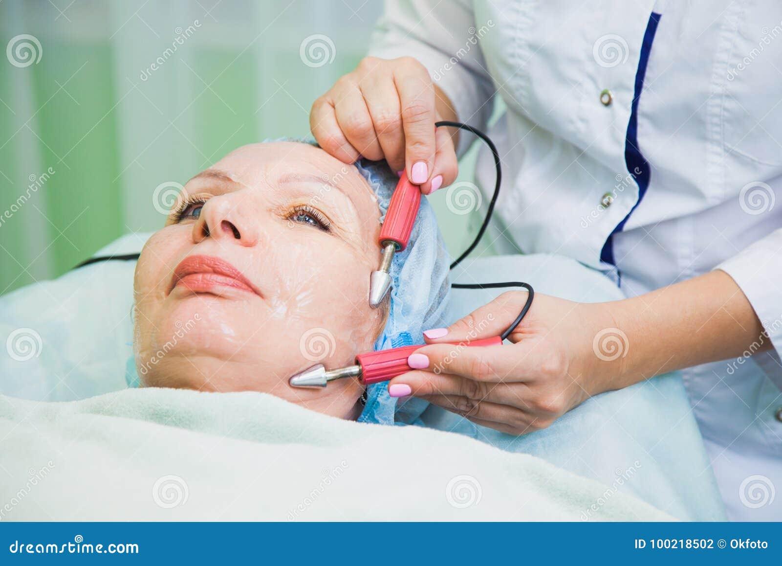 Muscle en modifiant la tonalité la procédure pour la femme supérieure dans la clinique de cosmétologie