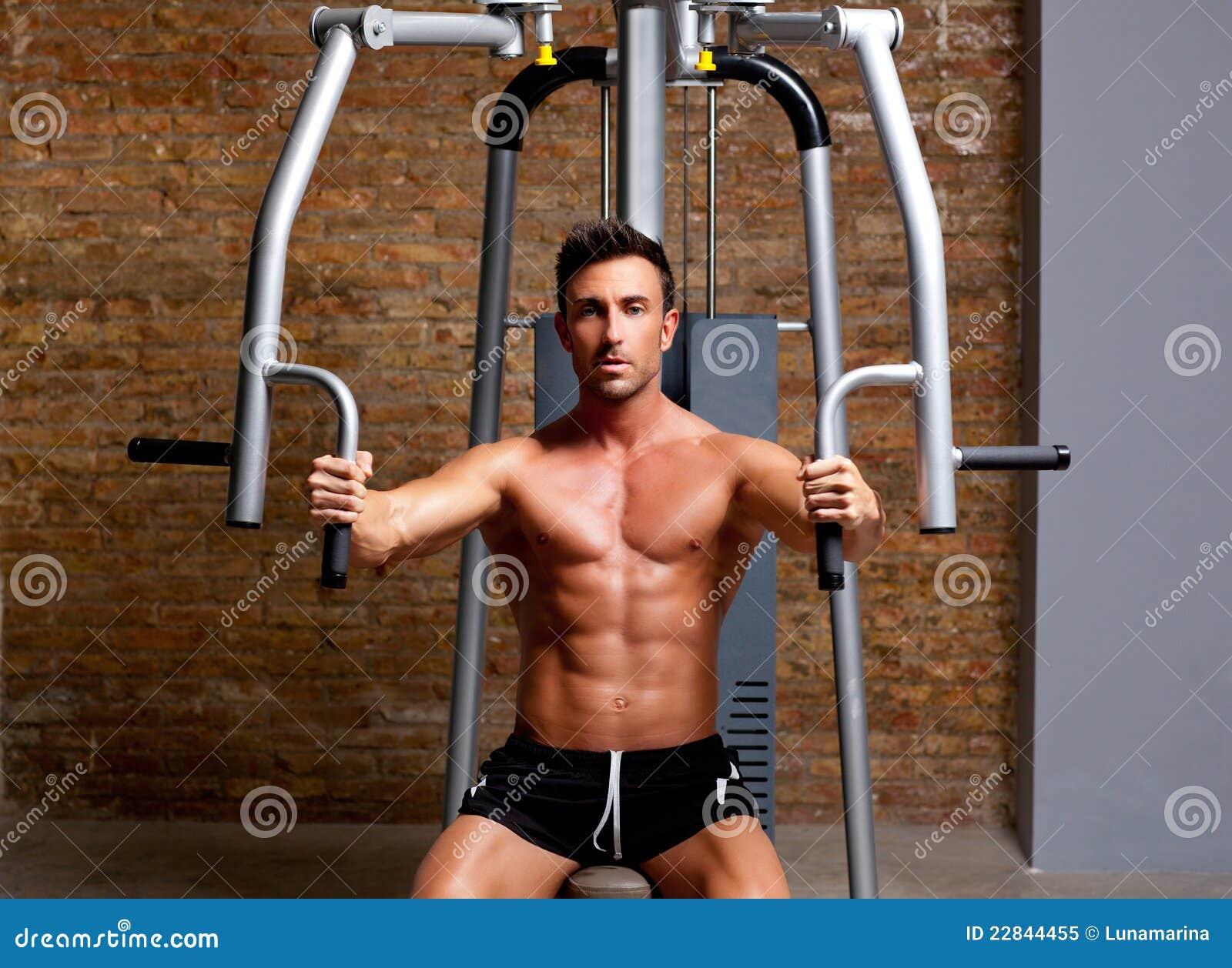 Muscle l exercice d homme sur le club de forme physique de gymnastique de  sport 72f328fcd6c