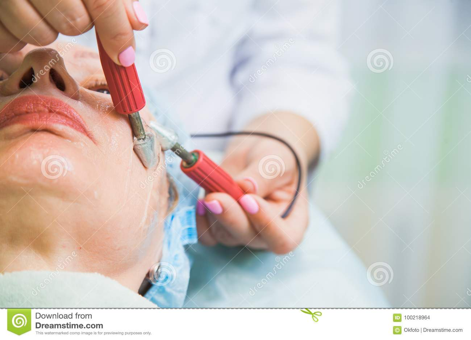 Muscle tonificando la procedura per la donna senior nella clinica di cosmetologia