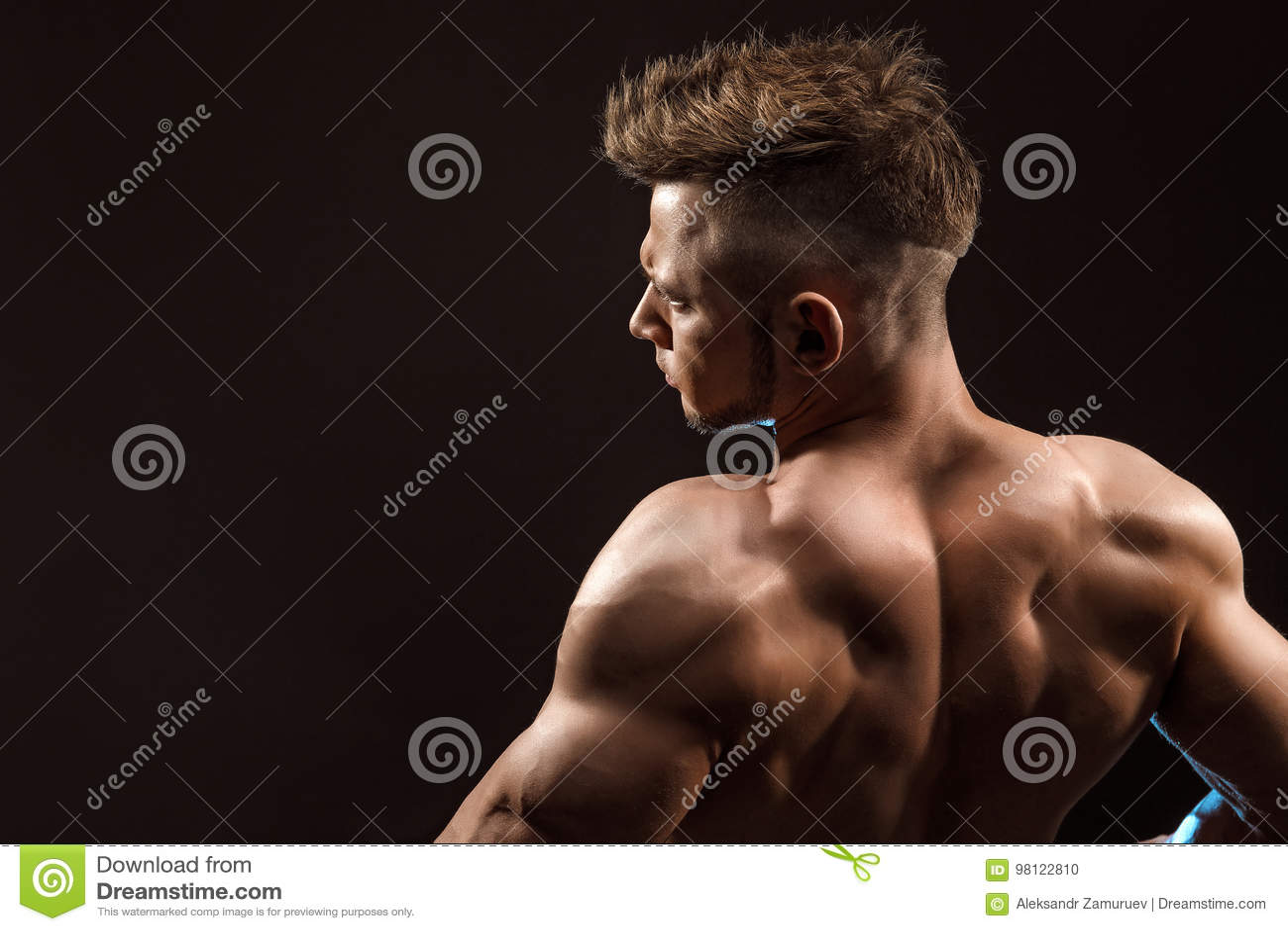 Muscles du dos de pose modèles de forme physique sportive forte d homme