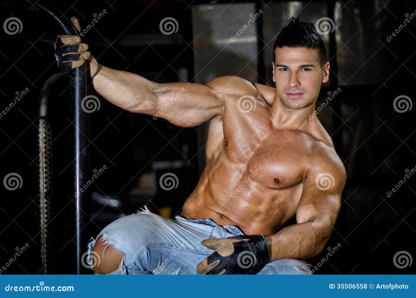 Latino muscular