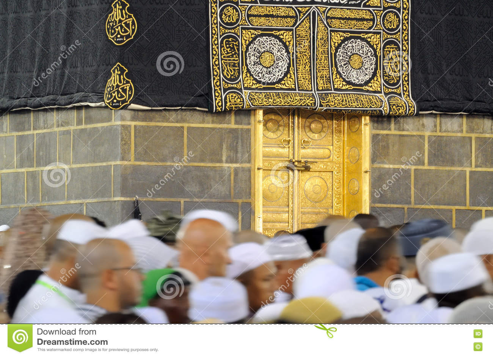 Muselmanen vallfärdar framme av Kaaba i Mecka i den Saudiarabien ledaren