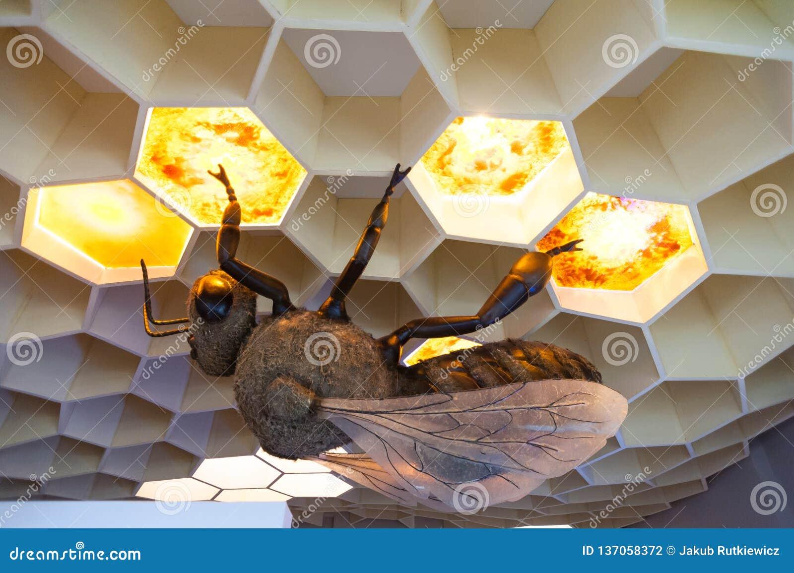 Museo de la abeja en el pueblo de Pastida Grecia 30/05/2018 Objeto expuesto gigante de la abeja en la exhibición Isla de Rodas eu