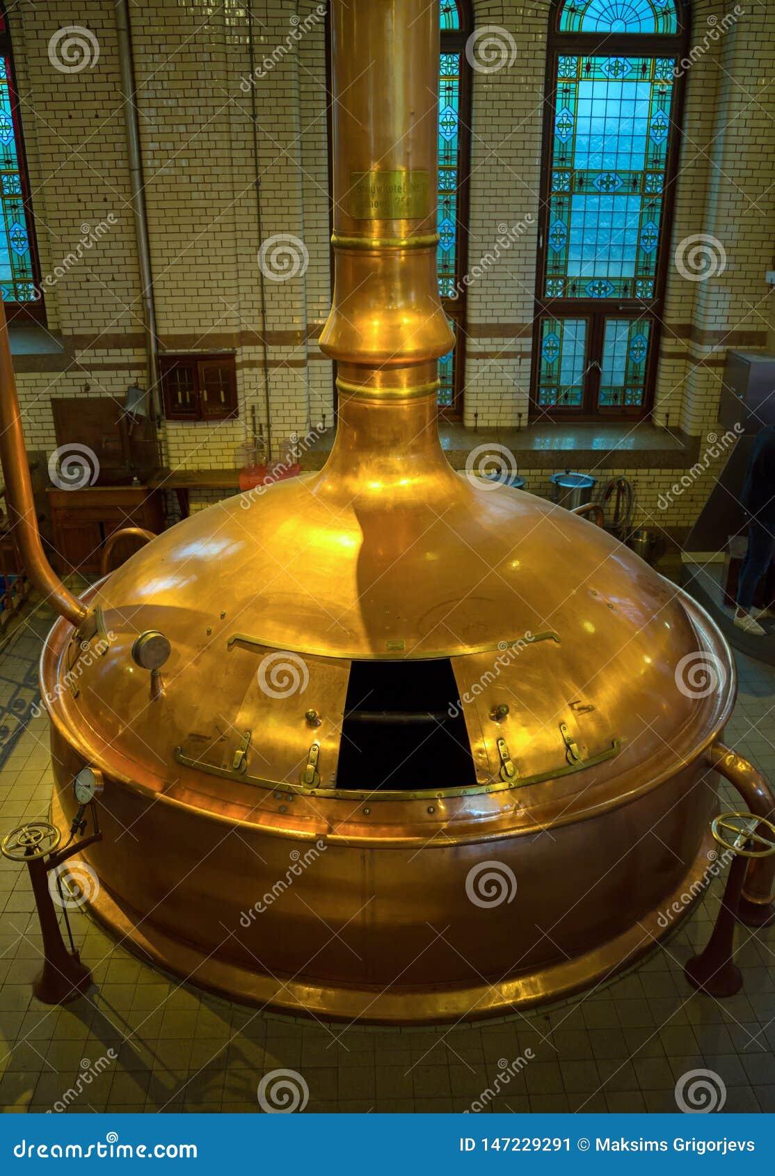 Museo de la fábrica de la cerveza de Heineken, los tanques que elaboran de cobre tradicionales, Amsterdam, los Países Bajos, el 1