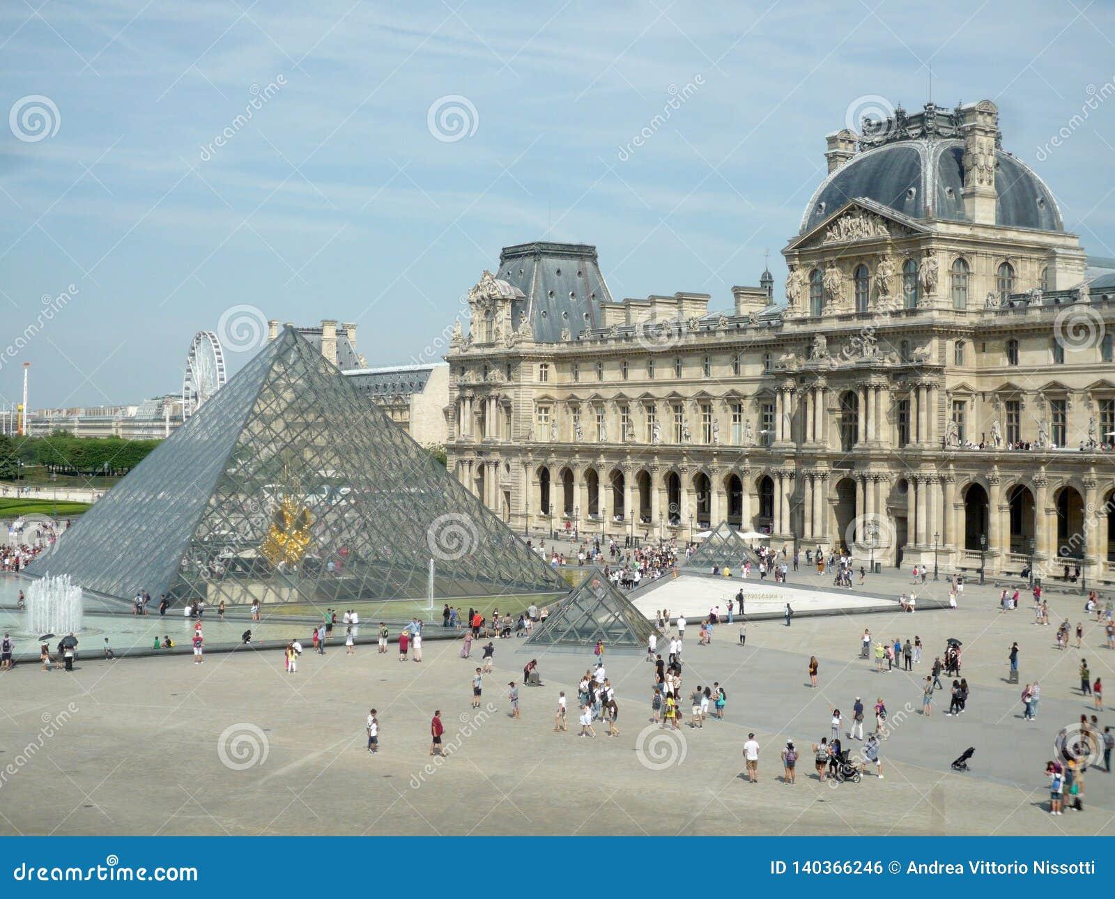 Museo del Louvre, Parigi, Francia, il 16 agosto 2018: la piramide e gli ospiti fuori del museo con lo spazio della copia