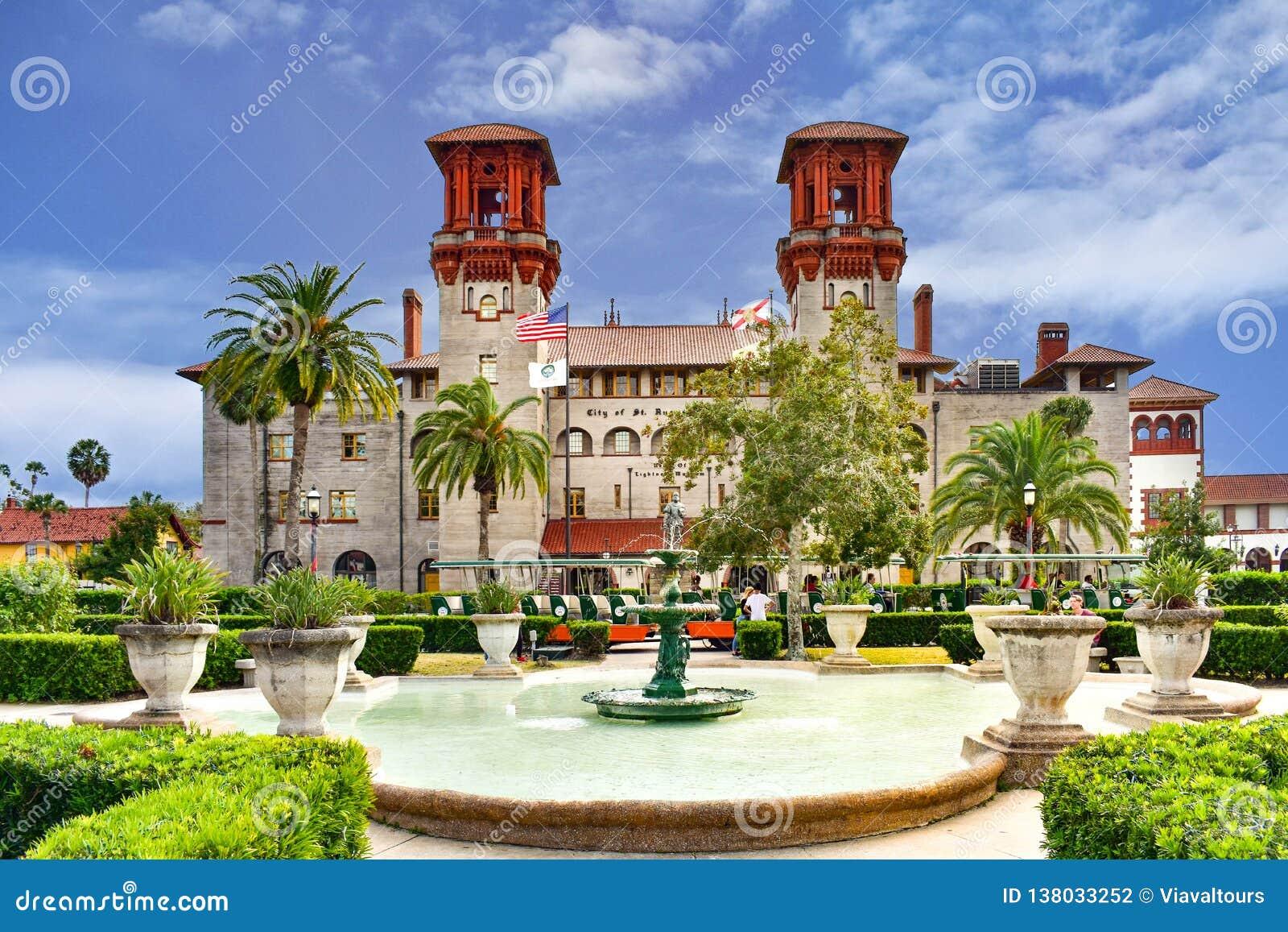 Museo di Lightner e bella fontana Il museo di Lightner è alloggiato nel precedente hotel di alcazar costruito nel 1888 da Henry F