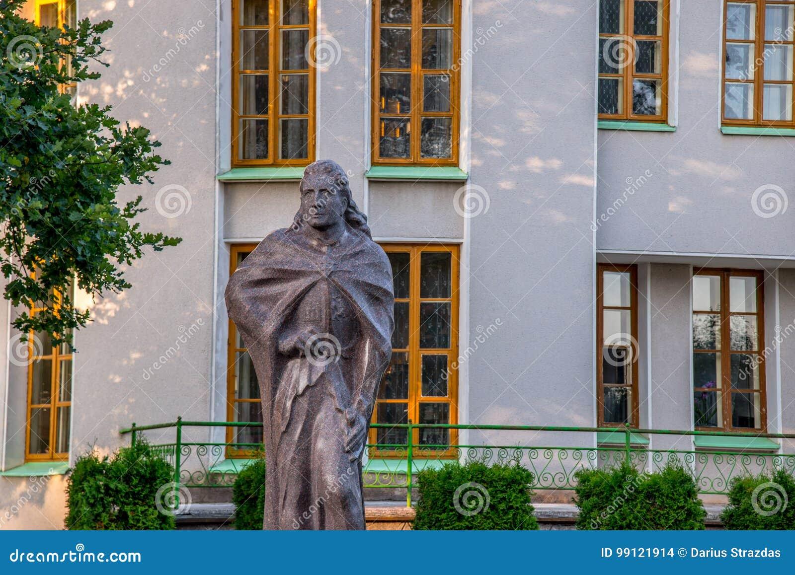 Museo y escultura en Kernave