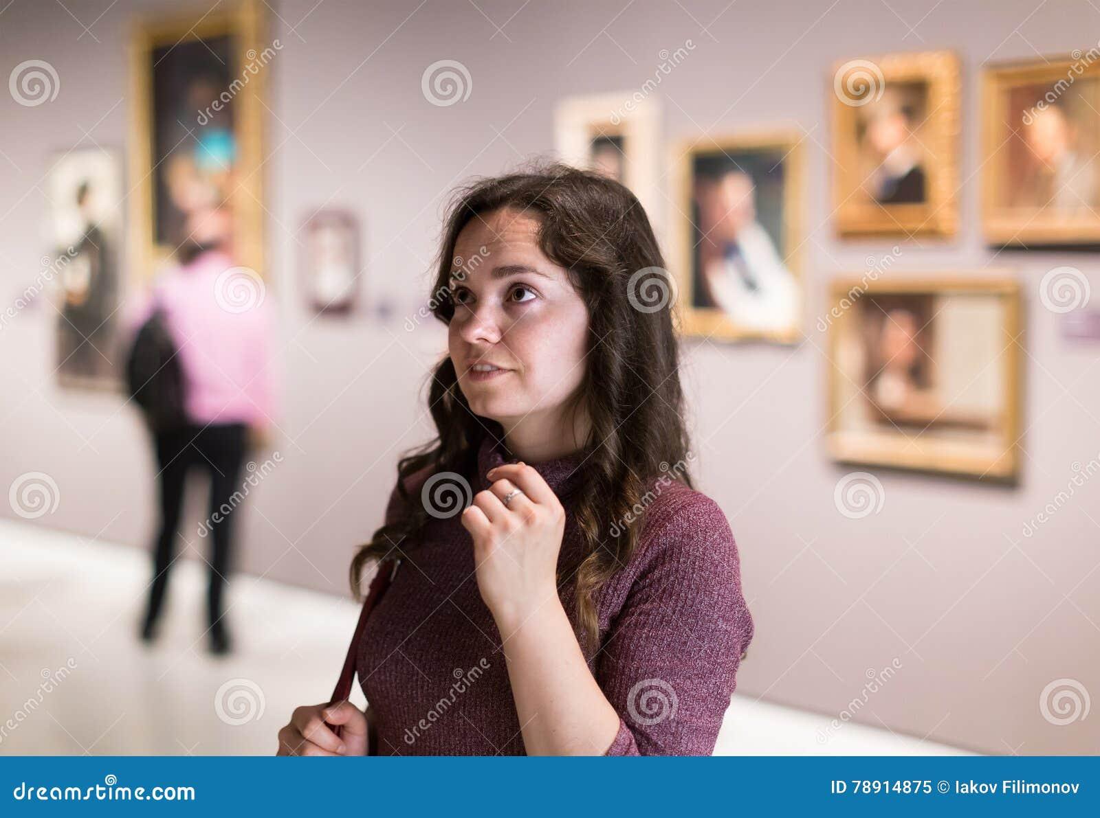 Museu de visita da mulher da inteligência e artes satisfeitas