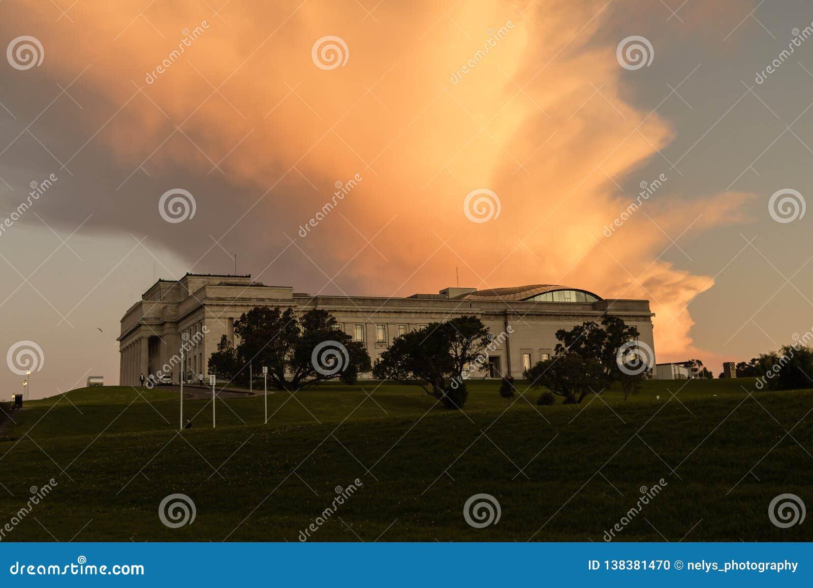 Museu do memorial de guerra de Auckland no por do sol com céu alaranjado, Nova Zelândia