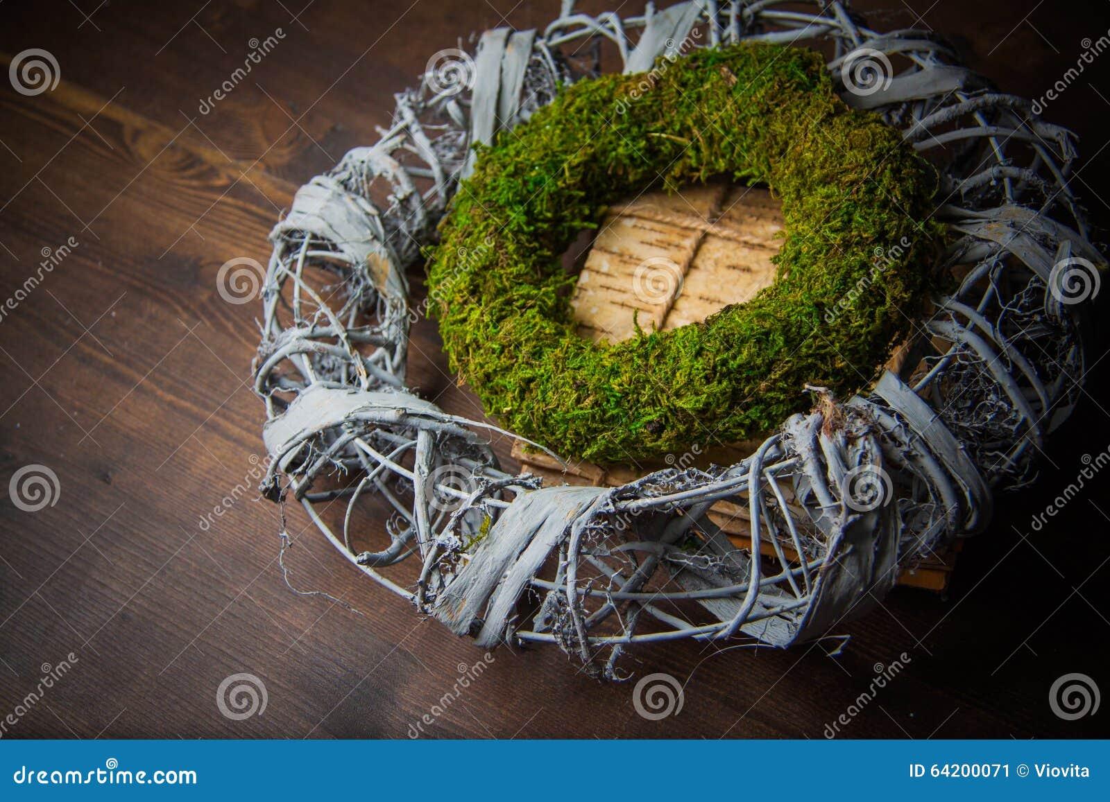 Musgo y guirnaldas de madera