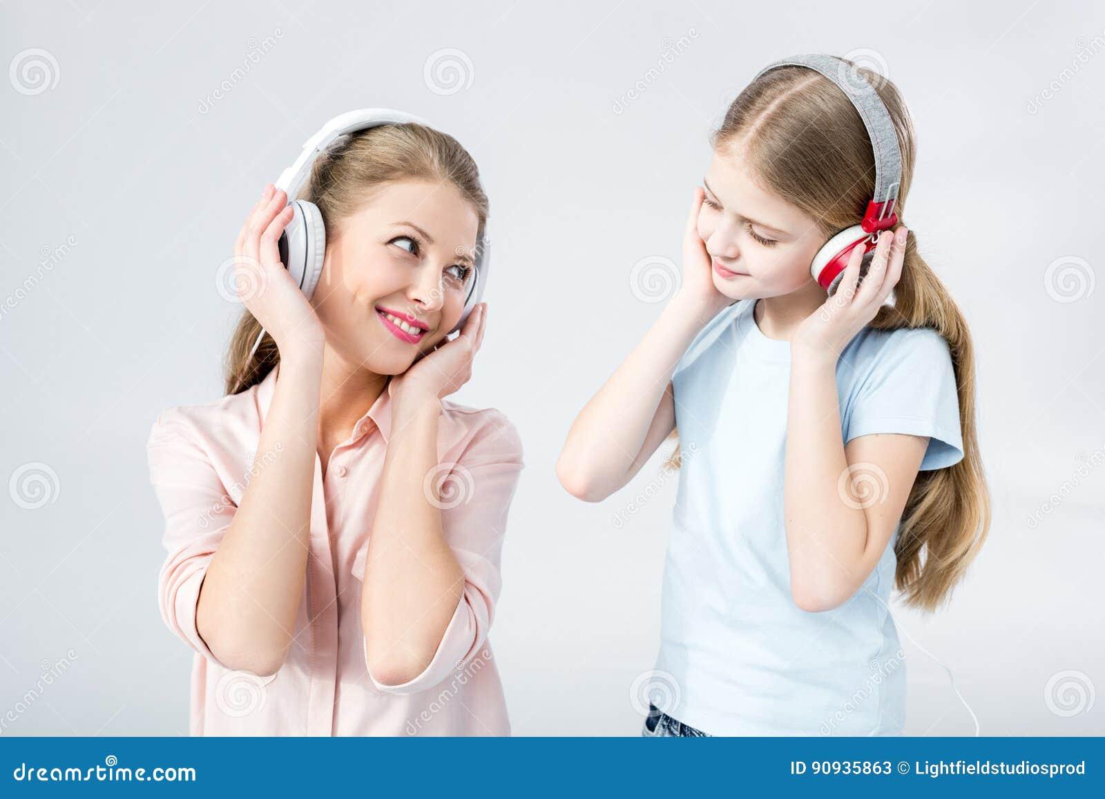 Musica d ascolto della figlia e della madre con le cuffie in studio
