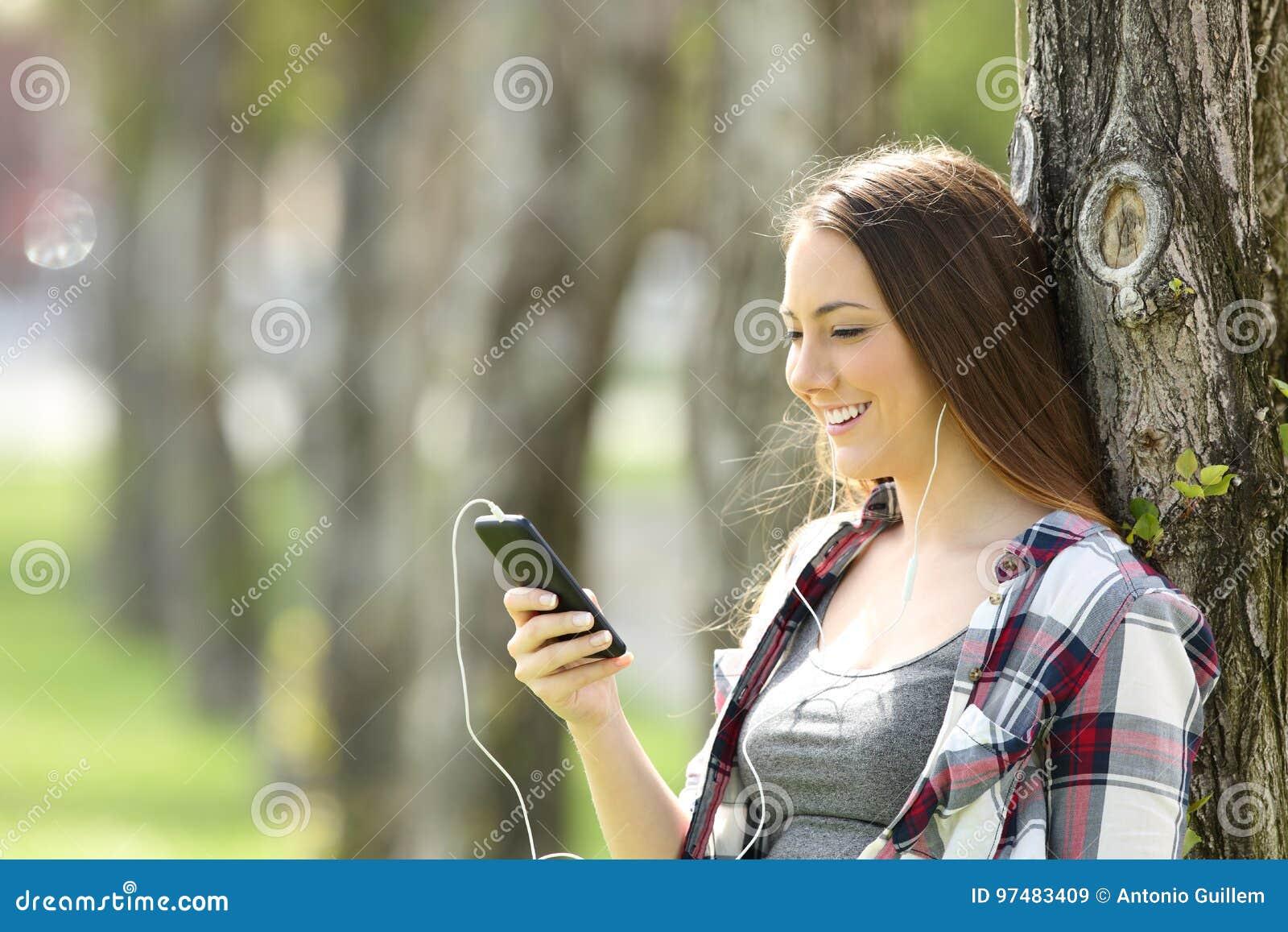 Musica d ascolto teenager felice sulla linea all aperto