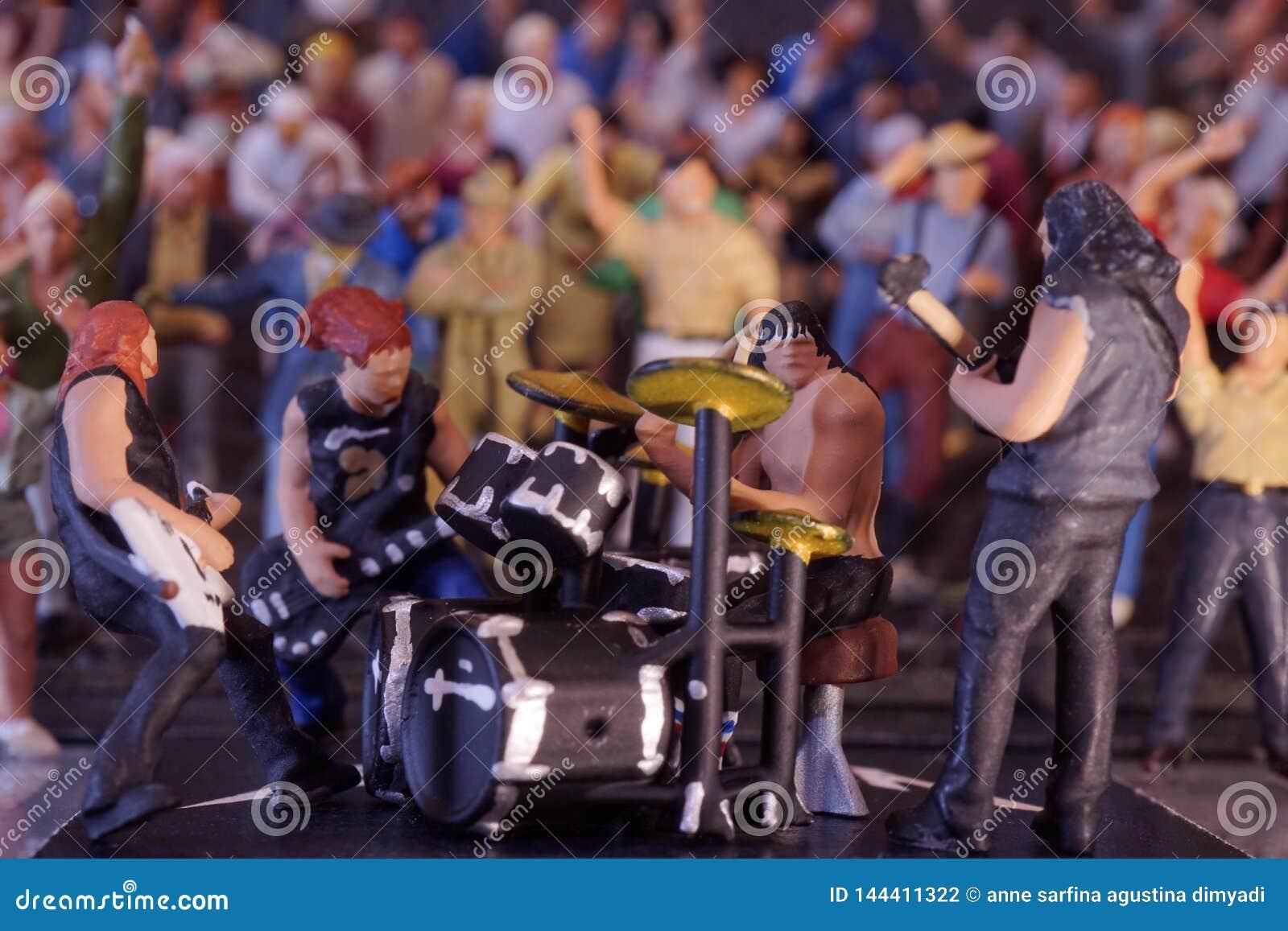 Musica di banda miniatura che esegue con il pubblico