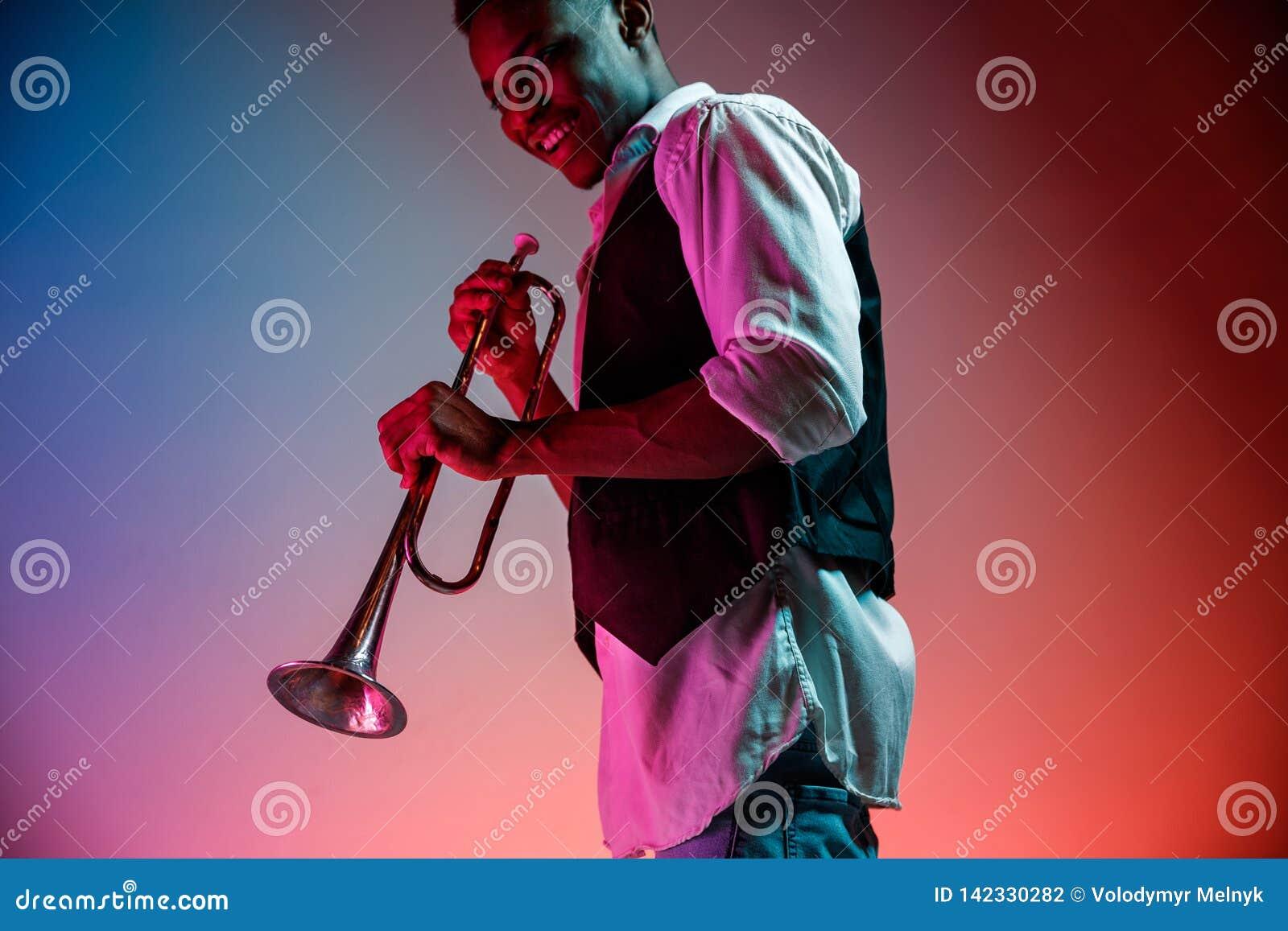 Musicien de jazz d afro-américain jouant la trompette