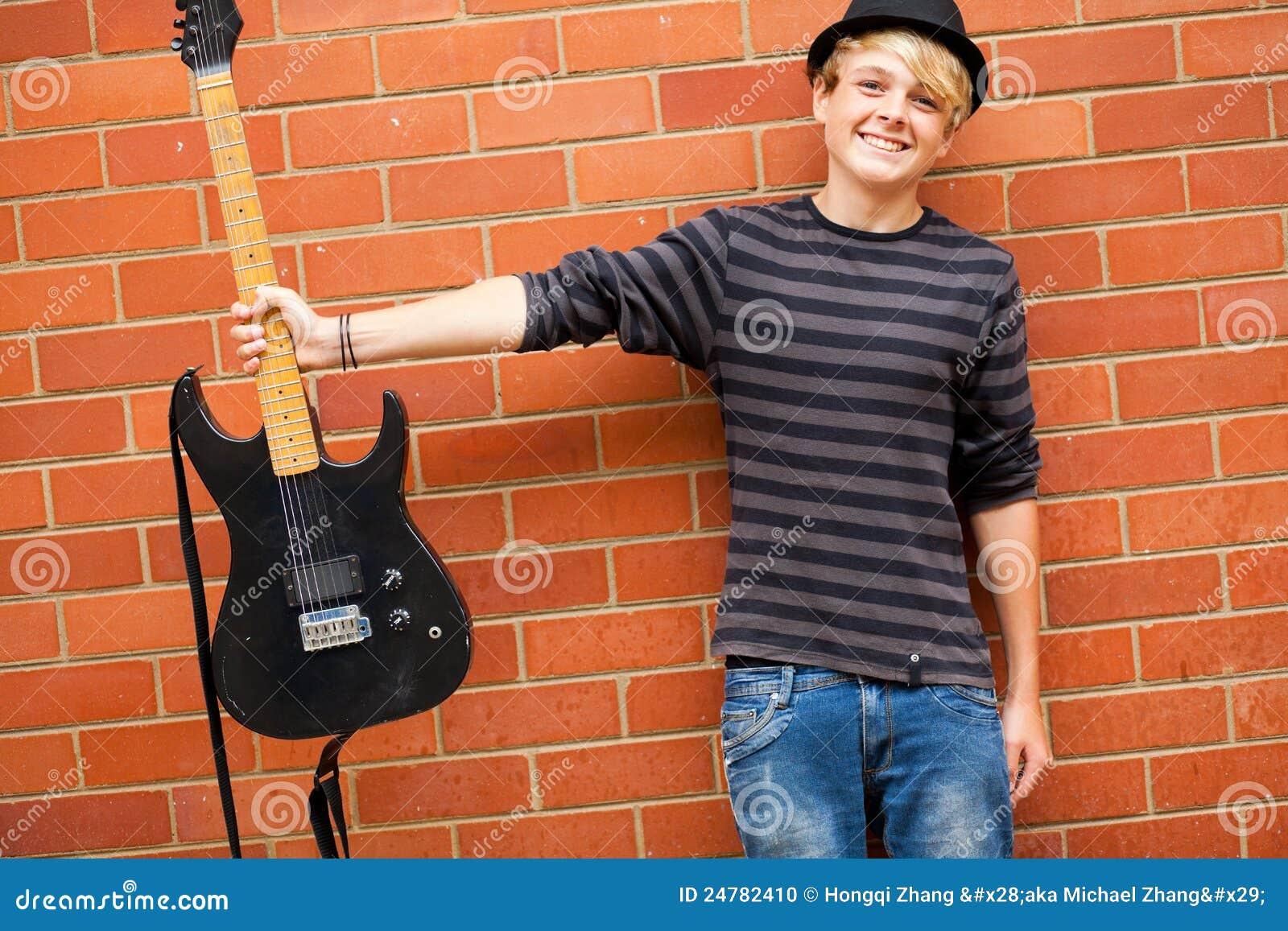 Musicien de l adolescence mignon