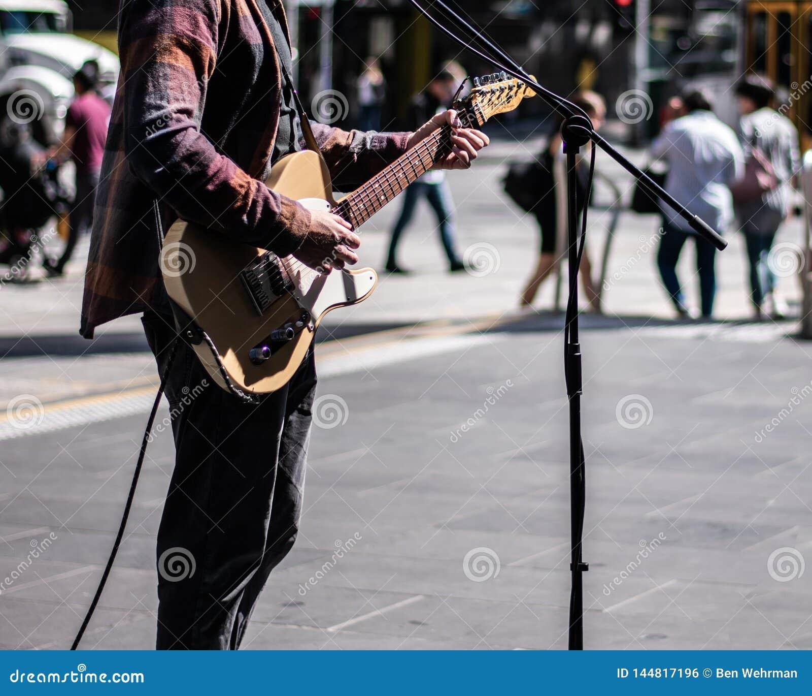 Musicien de rue jouant la guitare