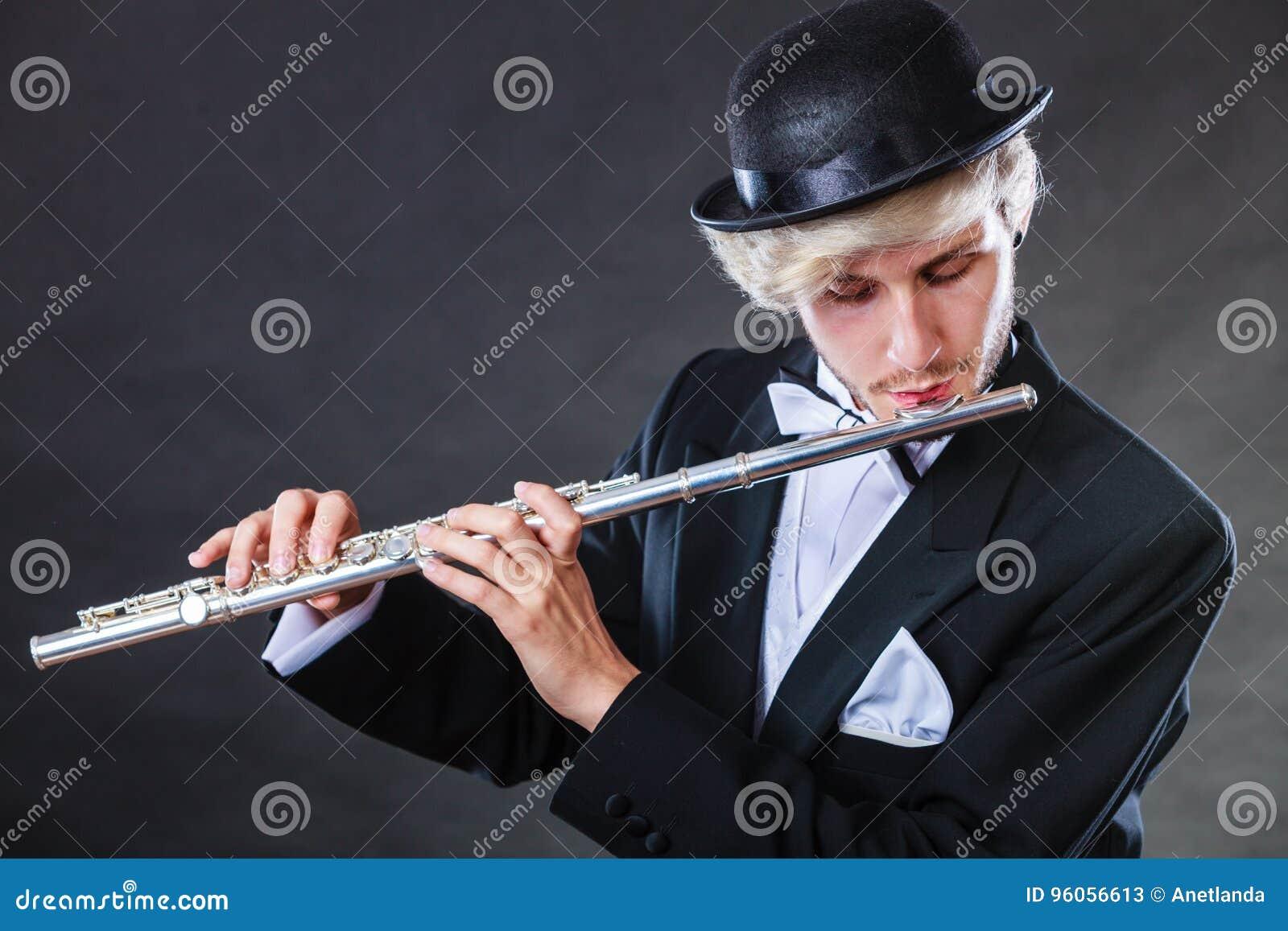 Musicien masculin d une manière élégante habillé jouant la cannelure