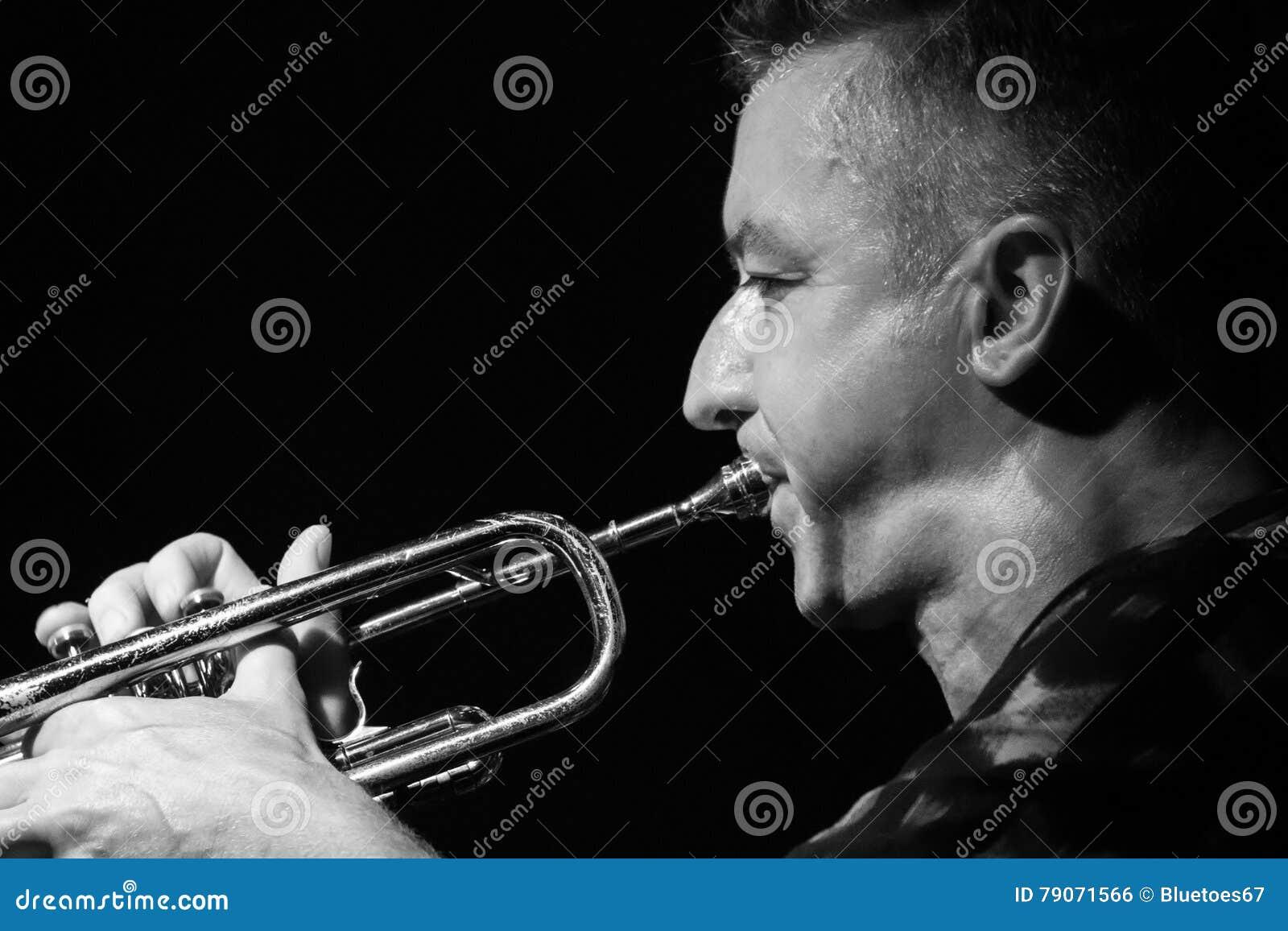 Musicien masculin jouant la trompette