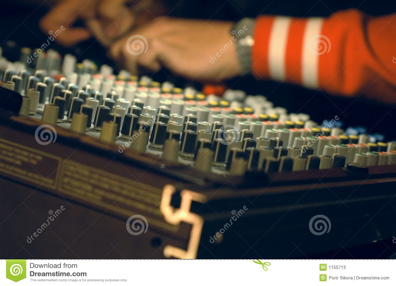 Musicien se mélangeant sur le panneau sonore