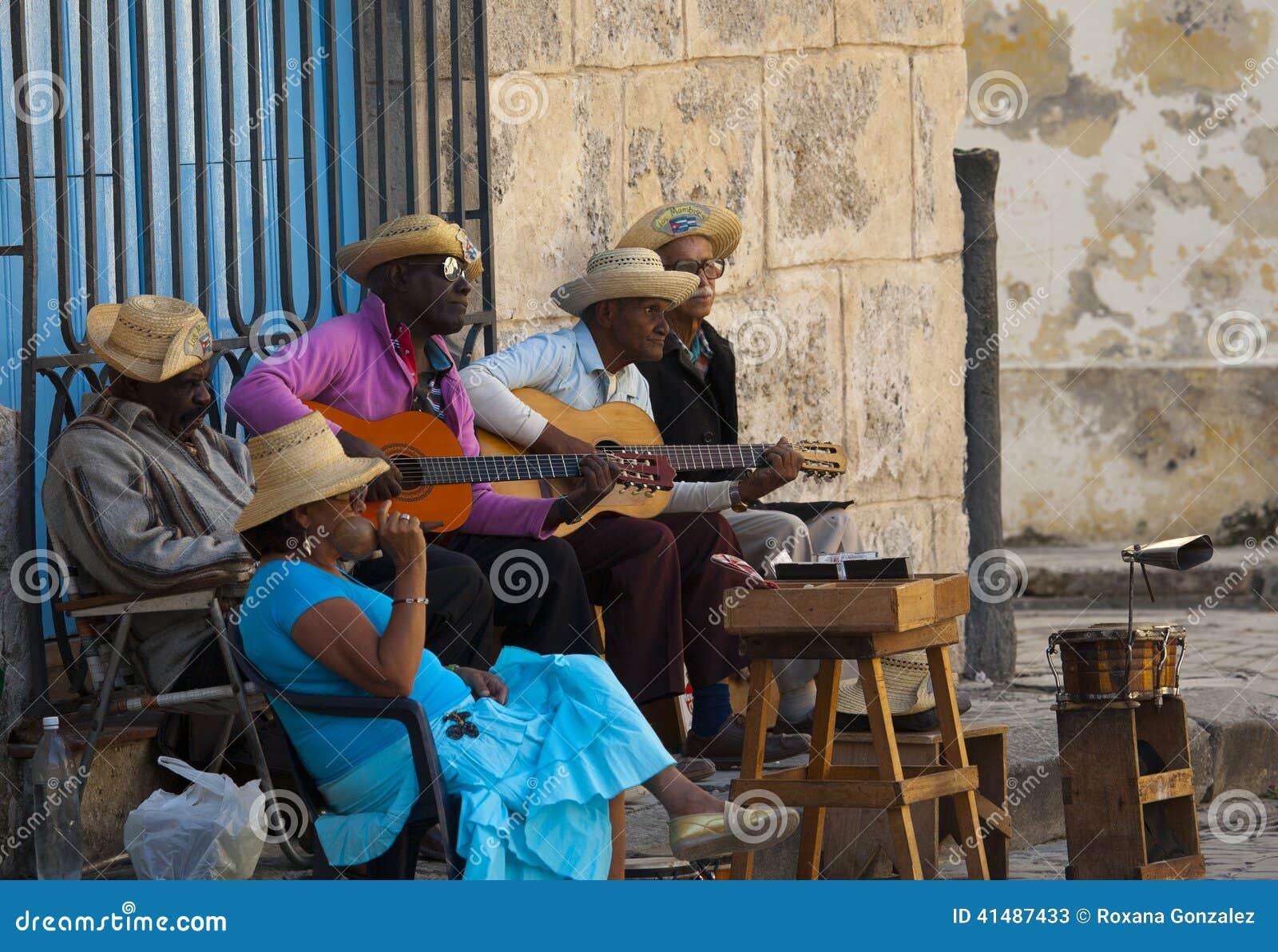 Musiciens de rue en Plaza de la Catedral, LA HAVANE, CUBA