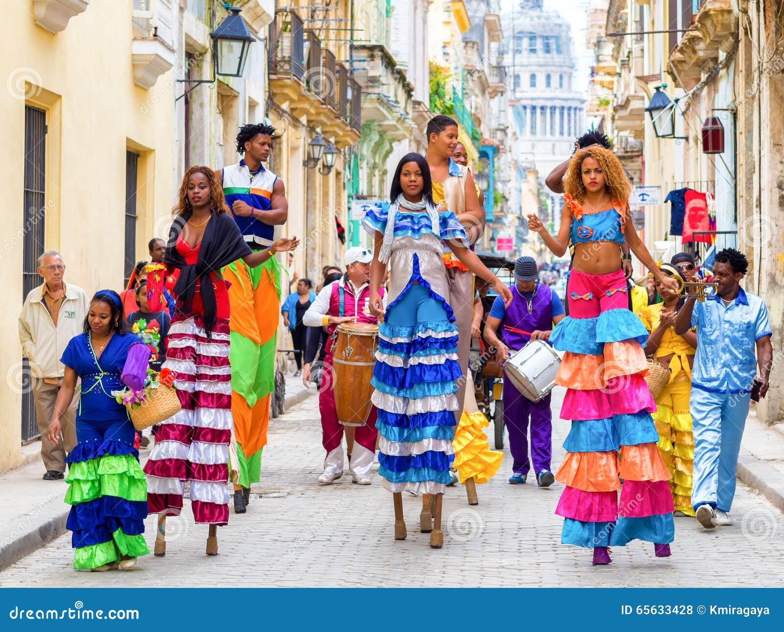 Musiciens et danseurs sur des échasses à vieille La Havane