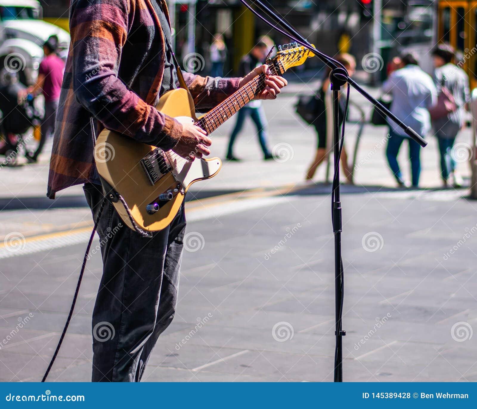Musicista ambulante sul marciapiede