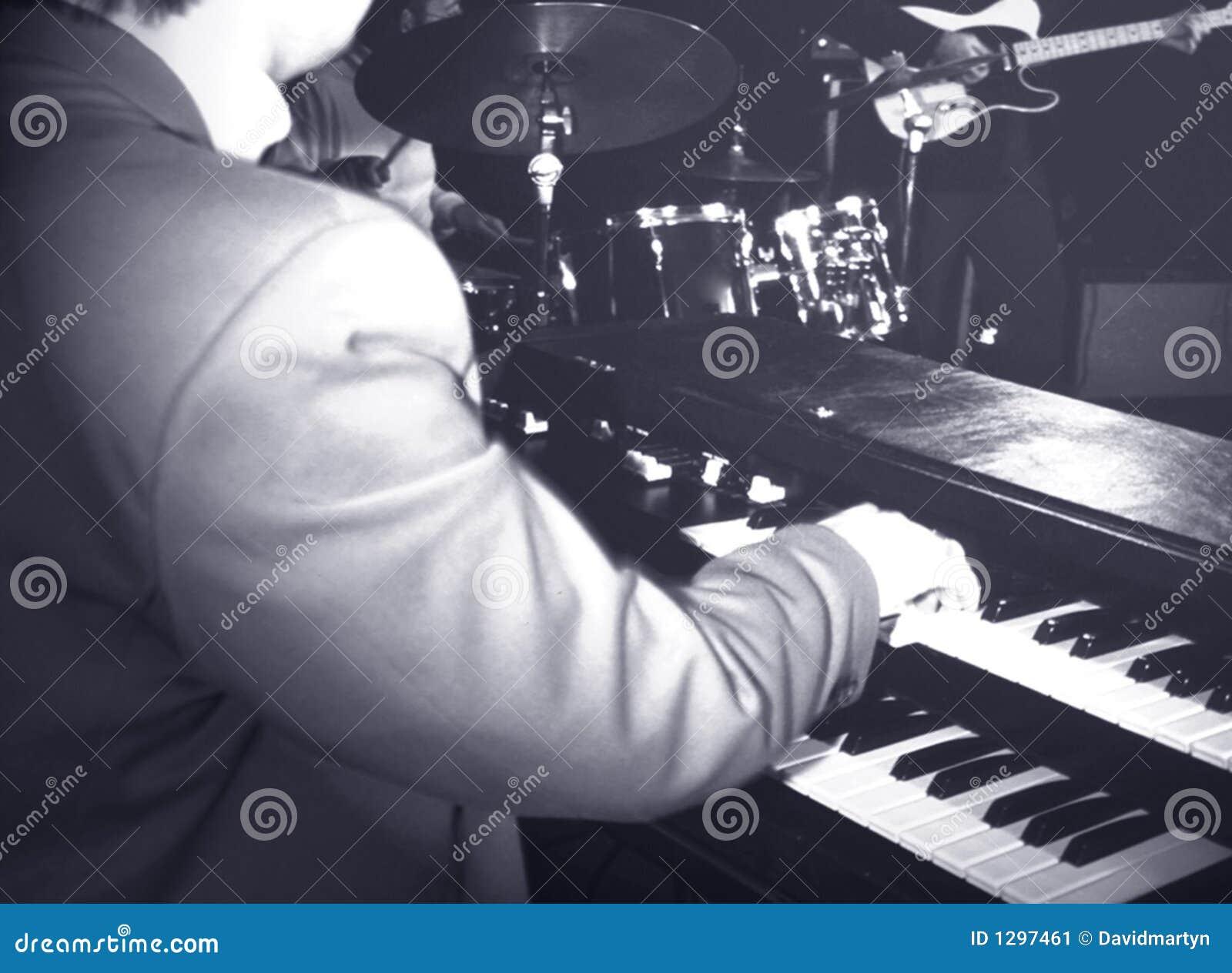 Musicista che gioca l organo di hammond