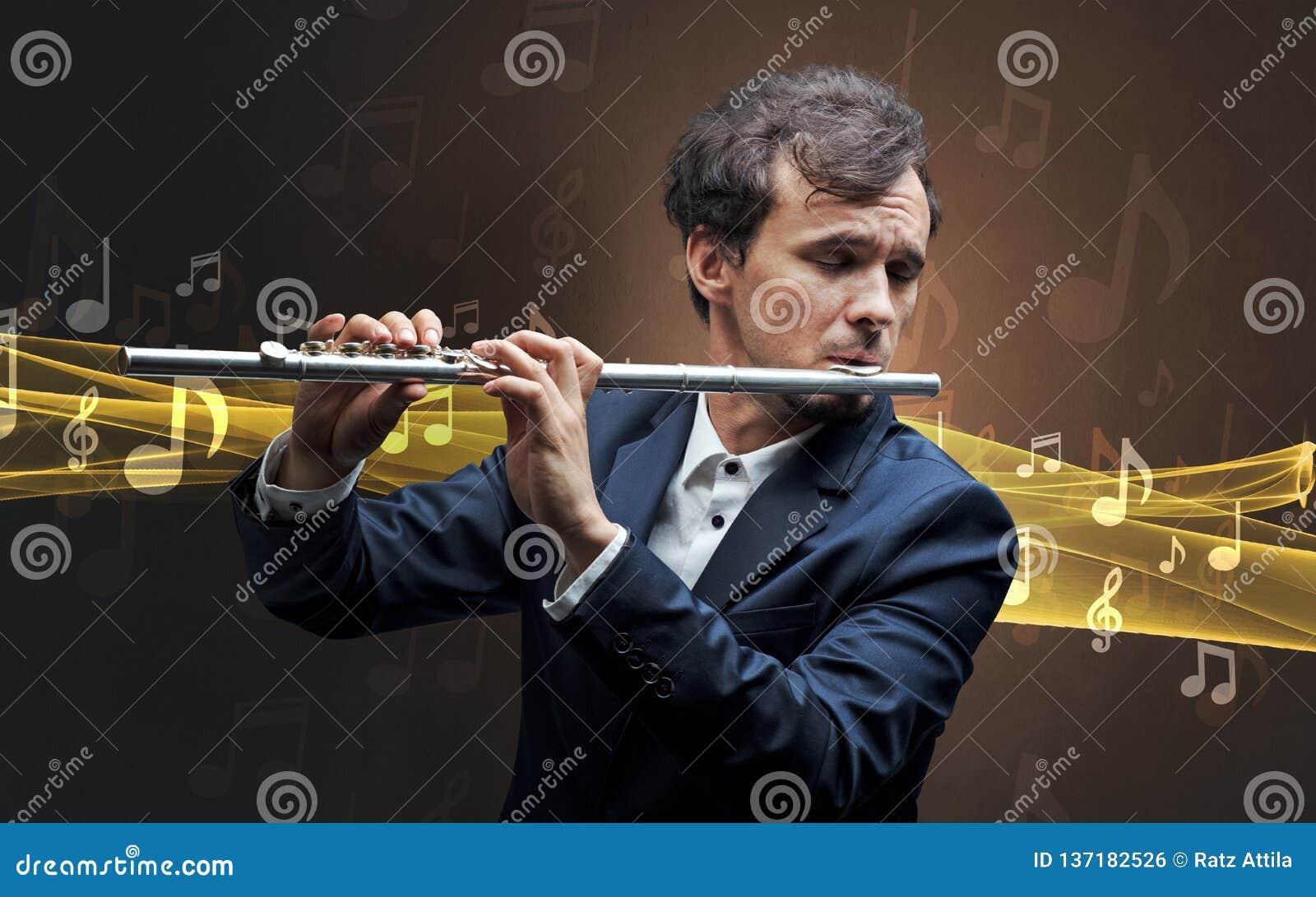Musicista che gioca sulla flauto con le note intorno